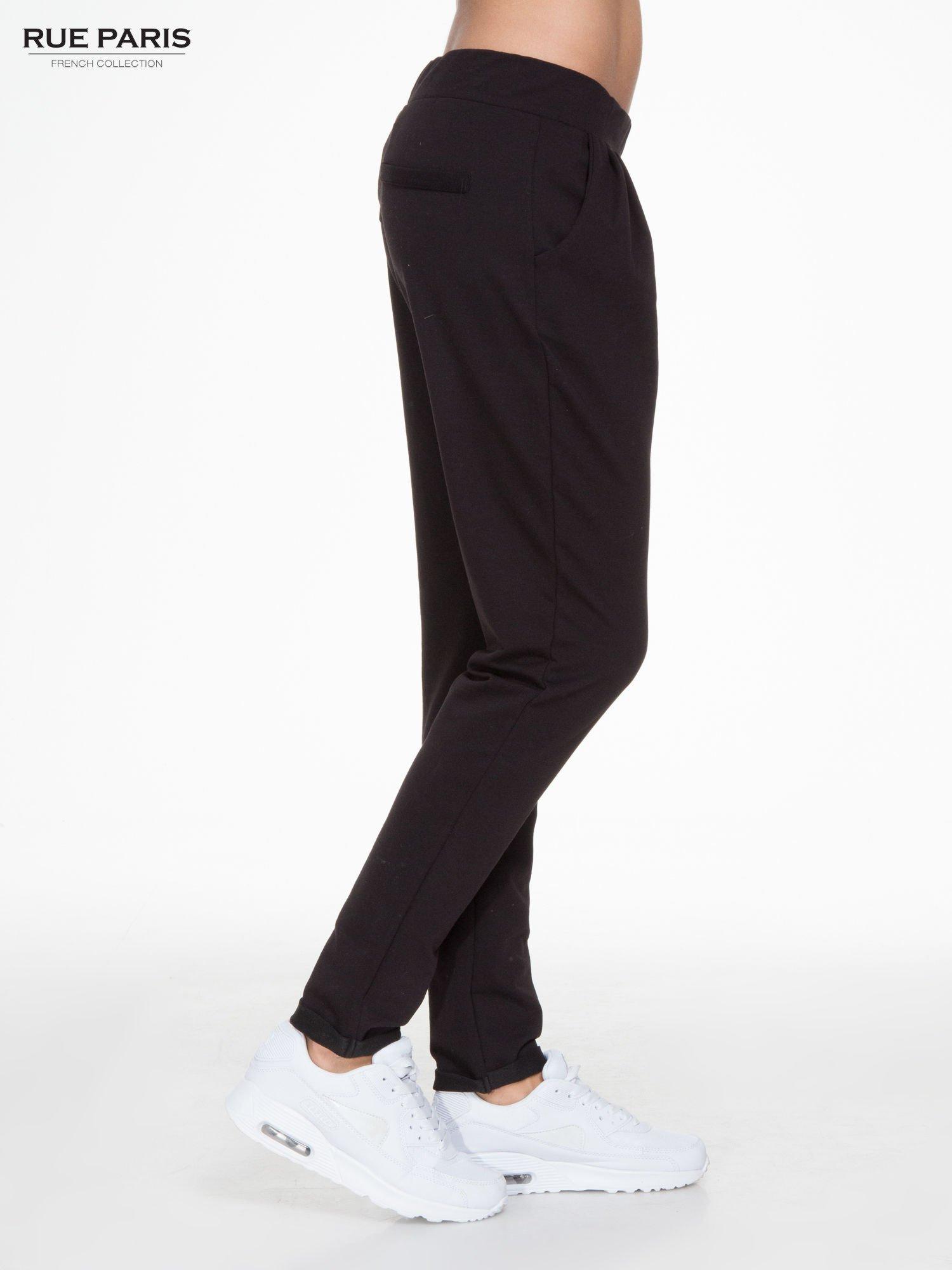 Czarne spodnie dresowe z zakładkami przy kieszeniach                                  zdj.                                  3