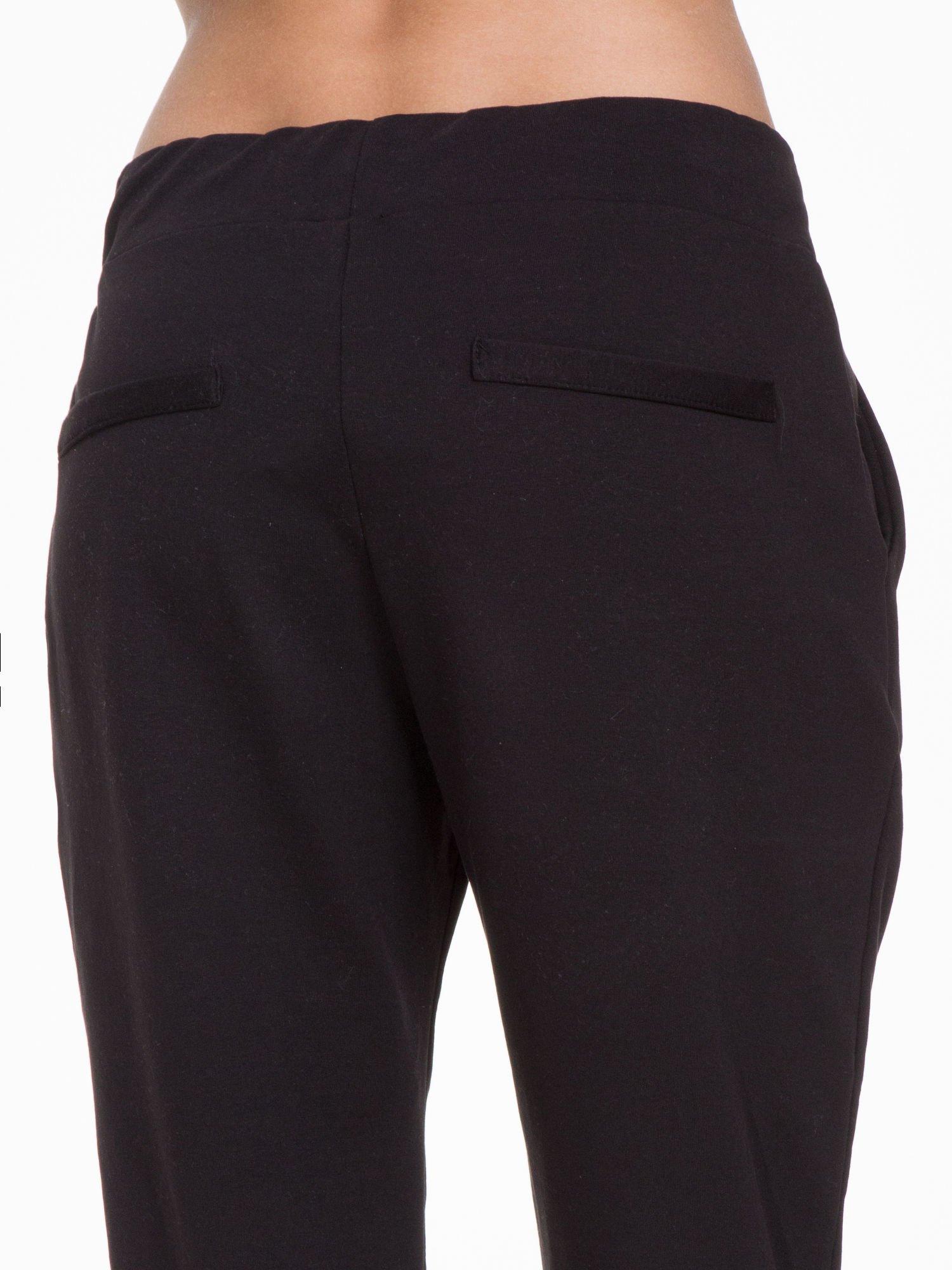 Czarne spodnie dresowe z zakładkami przy kieszeniach                                  zdj.                                  5