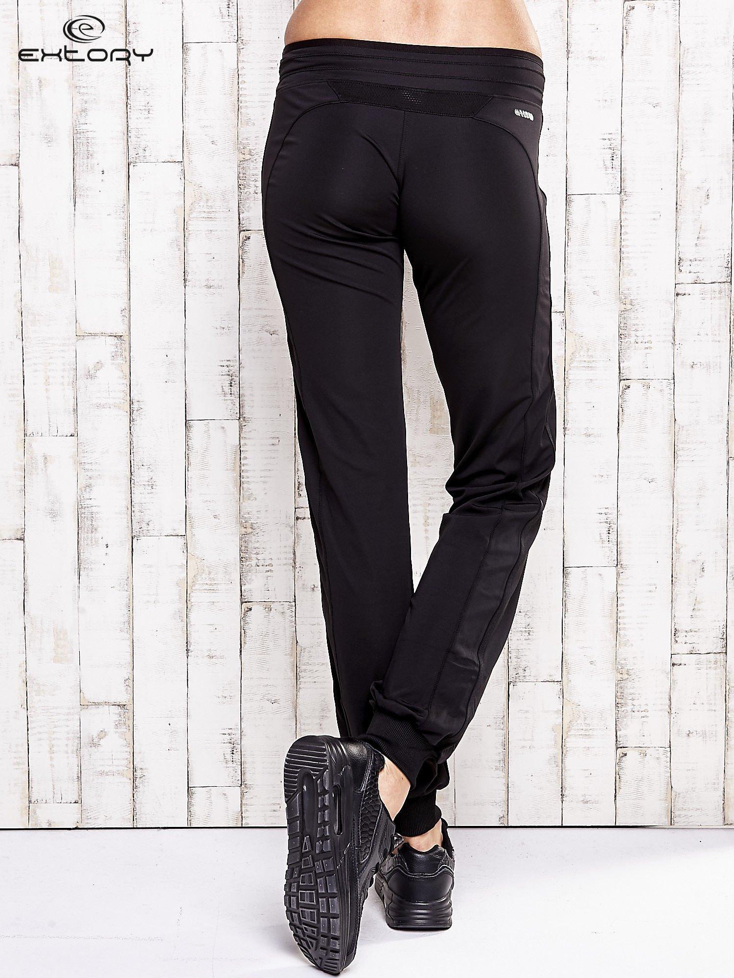 Czarne spodnie dresowe ze ściągaczem                                  zdj.                                  3