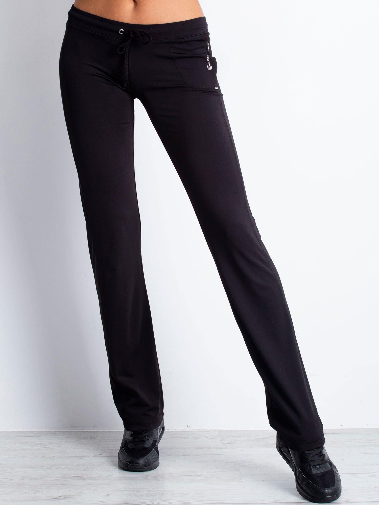 Czarne spodnie dresowe ze sznureczkiem i wszytą kieszenią                                  zdj.                                  5