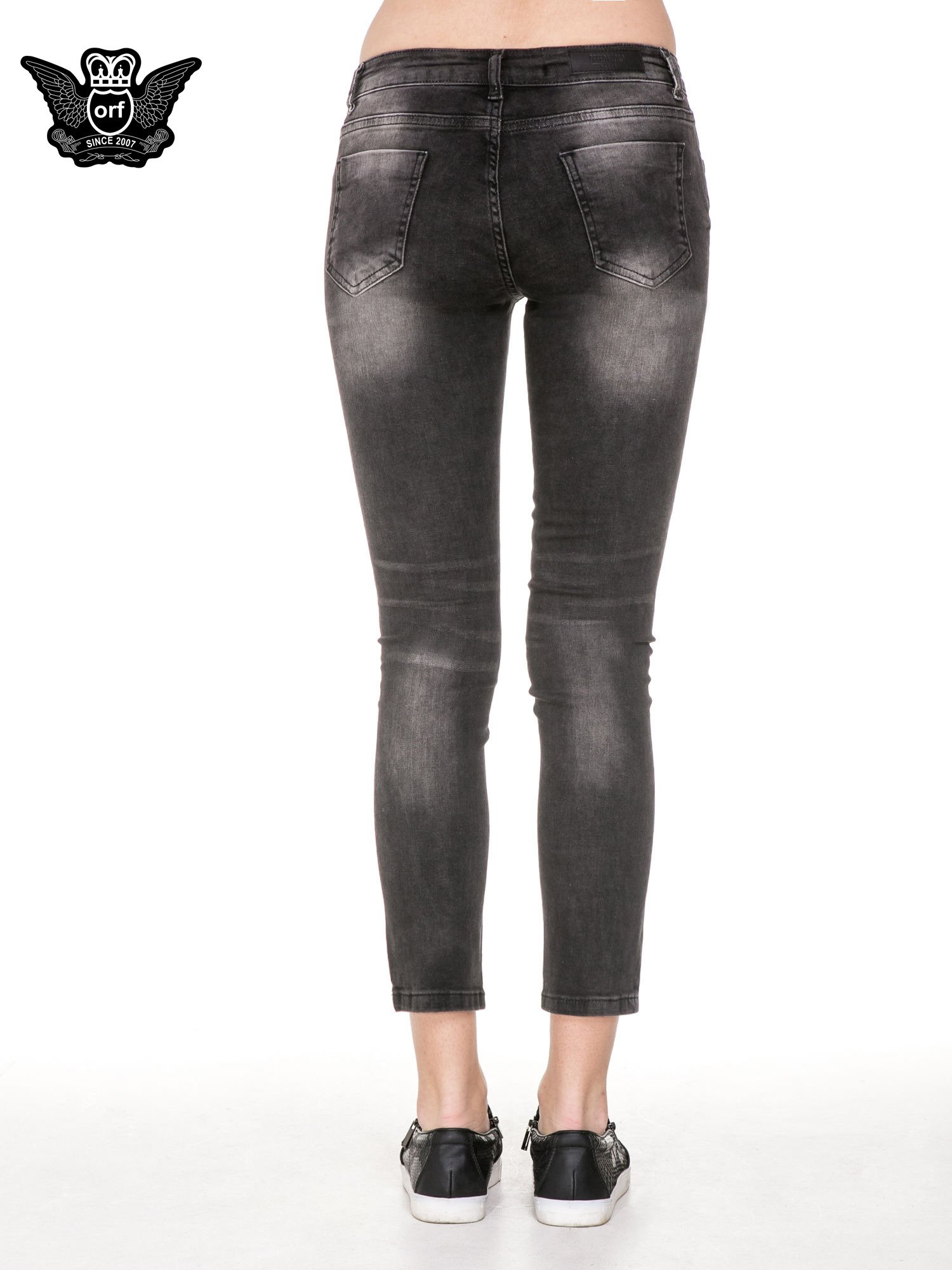 Czarne spodnie jeansowe 7/8 z przetarciami i łatami                                  zdj.                                  6