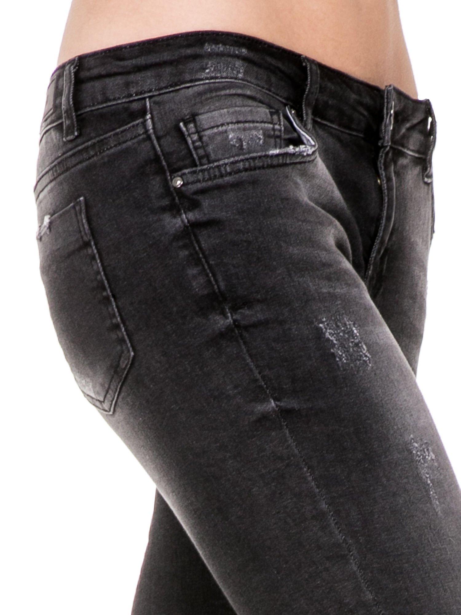 Czarne spodnie jeansowe 7/8 z rozjaśnianą nogawką                                  zdj.                                  8