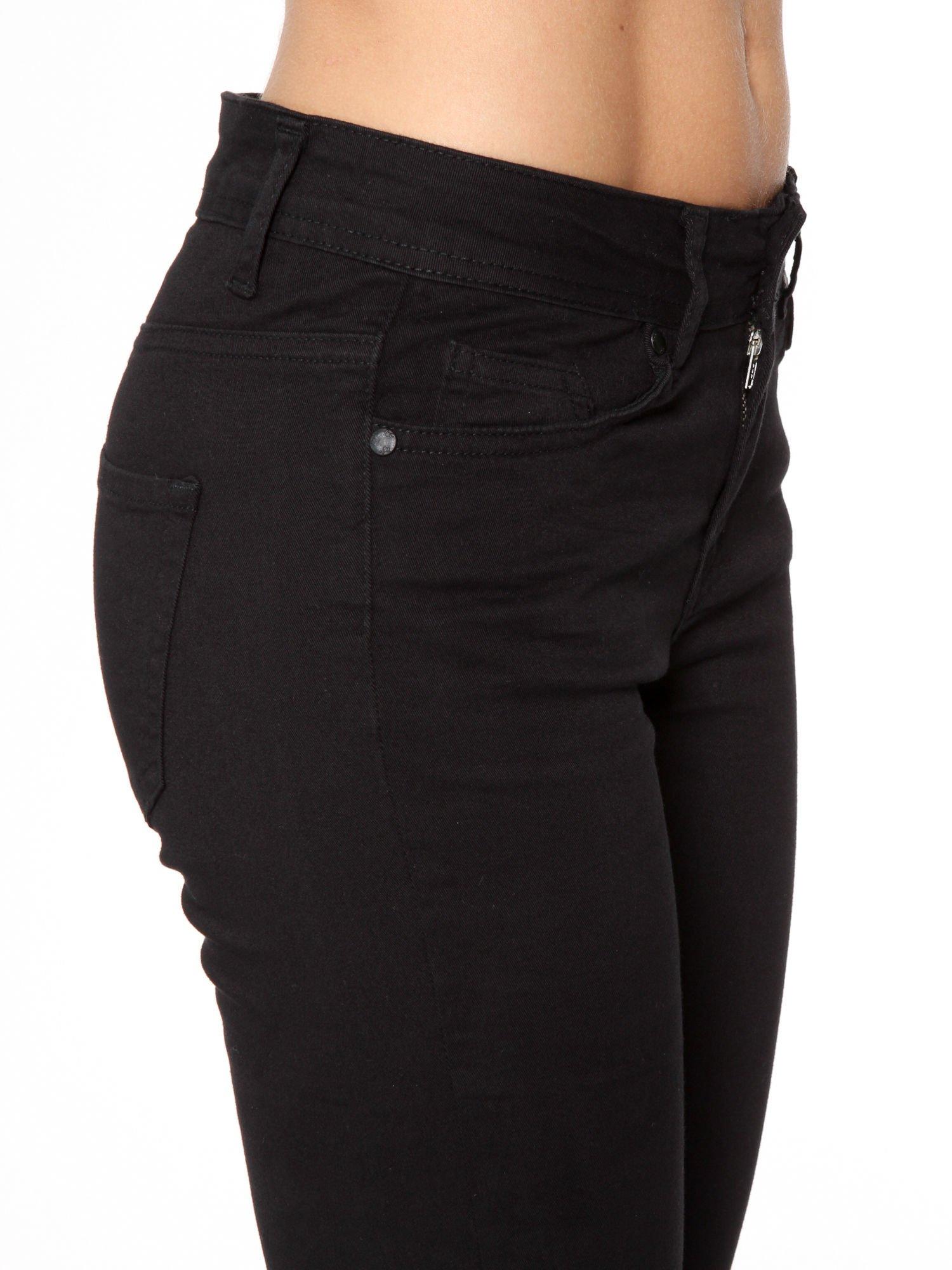 Czarne spodnie jeansowe two tone z białymi modułami na dole                                  zdj.                                  7