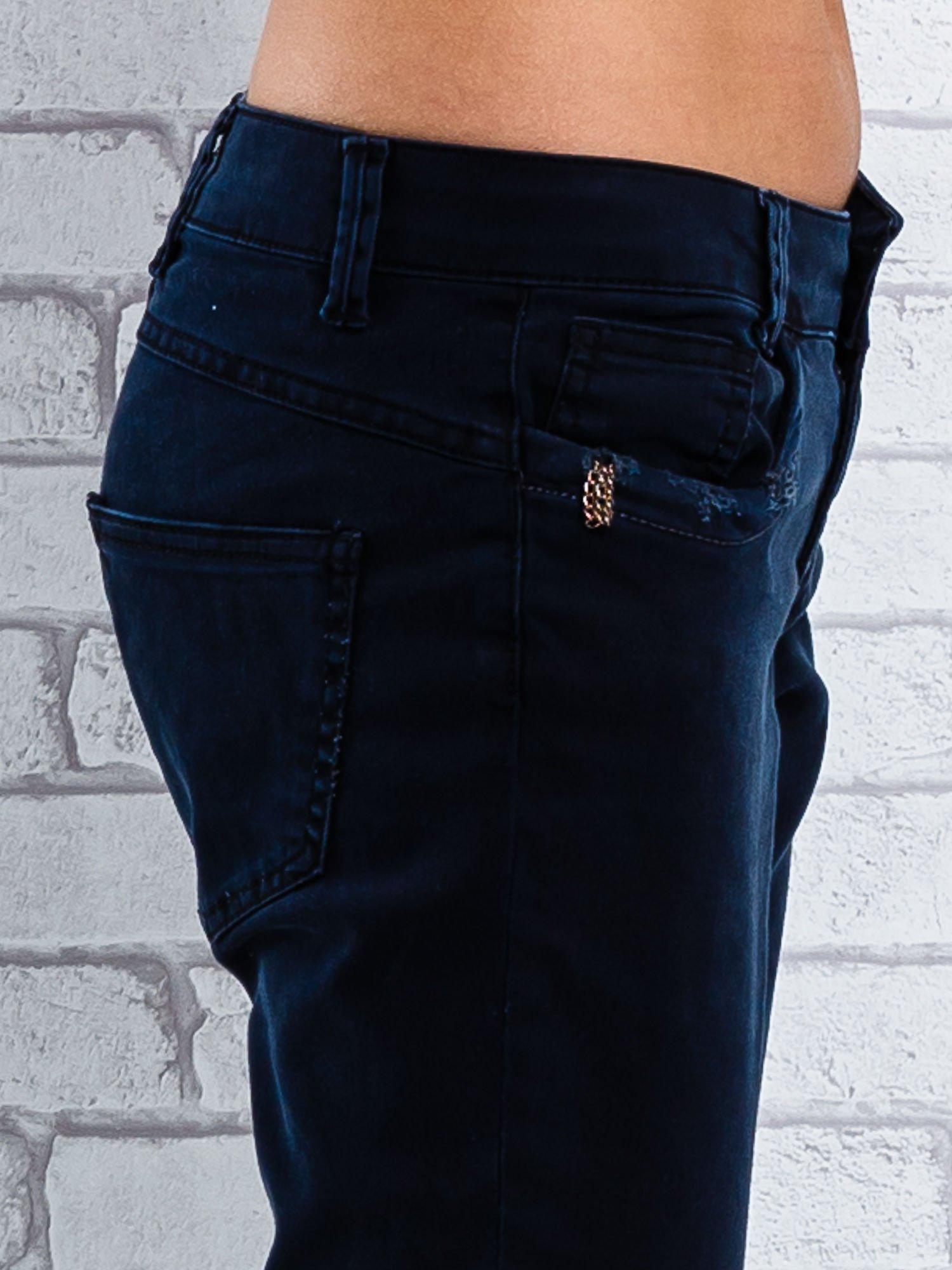 Czarne spodnie regular jeans z łańcuszkiem                                  zdj.                                  5