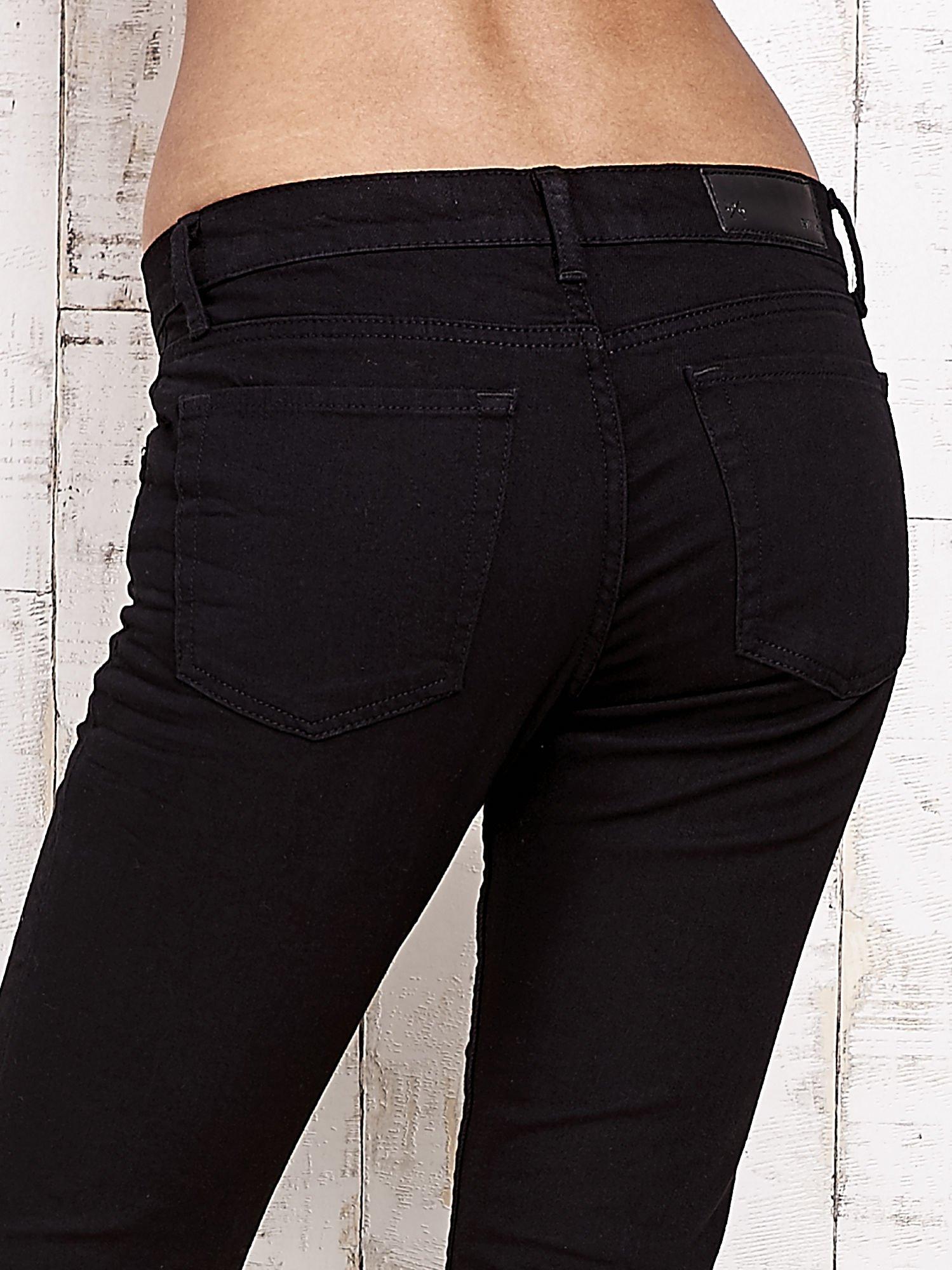 Czarne spodnie rurki z naszywkami                                  zdj.                                  6