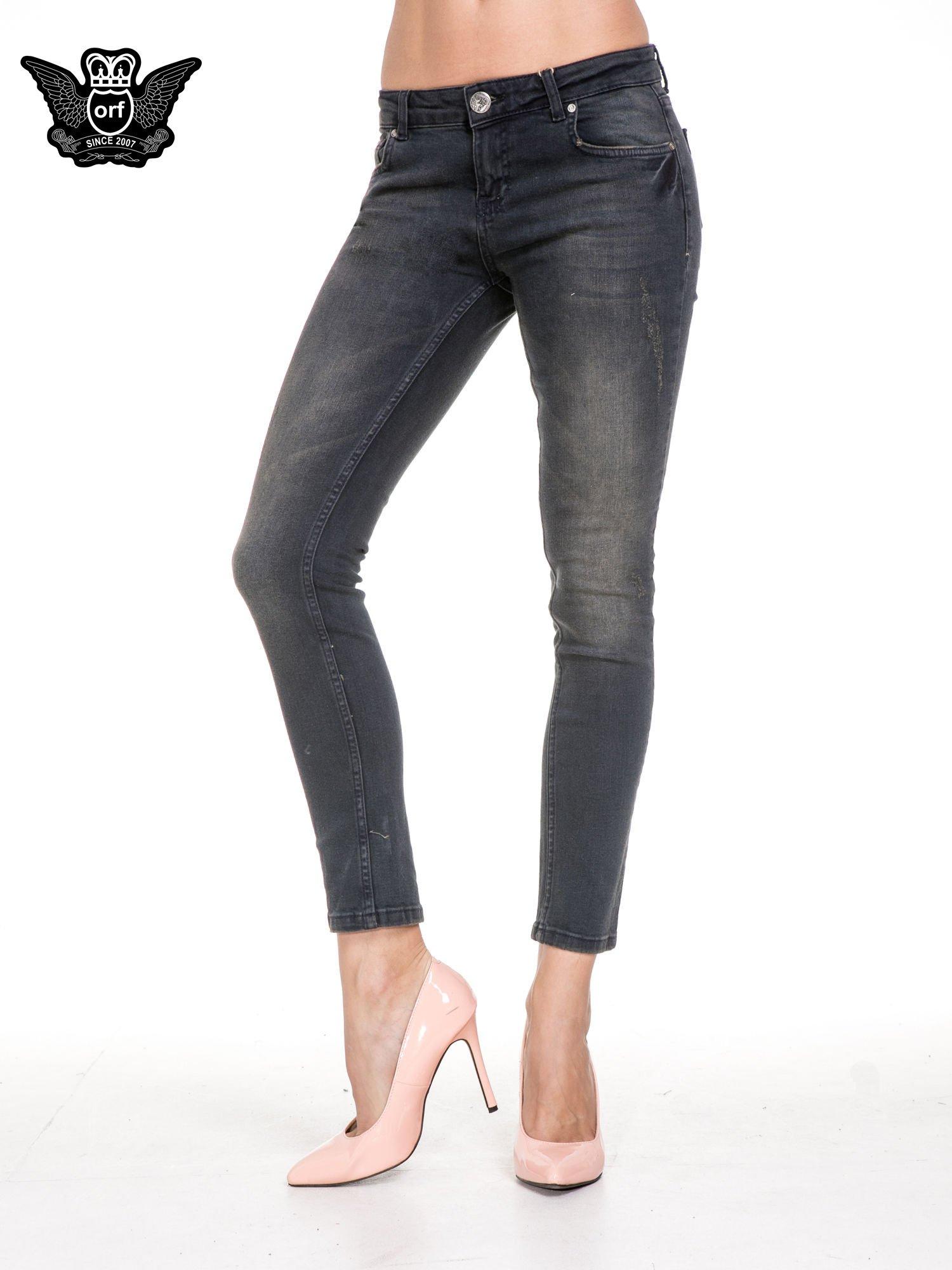 Czarne spodnie skinny jeans z rozjaśnianą nogawką z delikatnymi przetarciami                                  zdj.                                  1