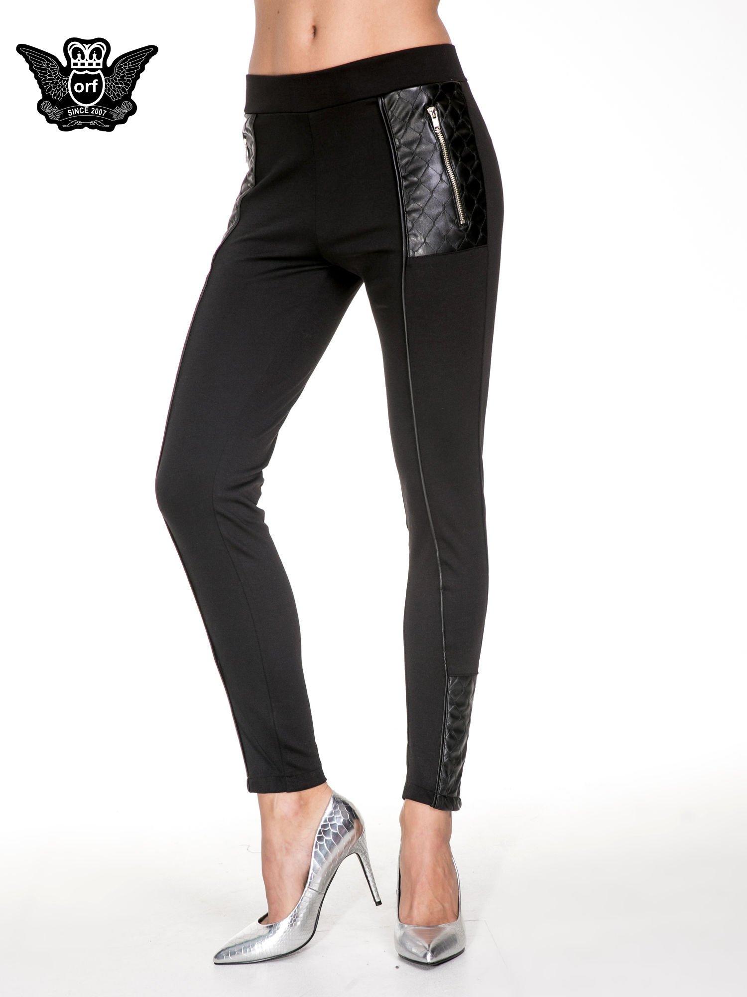 Czarne spodnie w stylu motocyklowym ze skórzanymi wstawkami i suwakami                                  zdj.                                  1