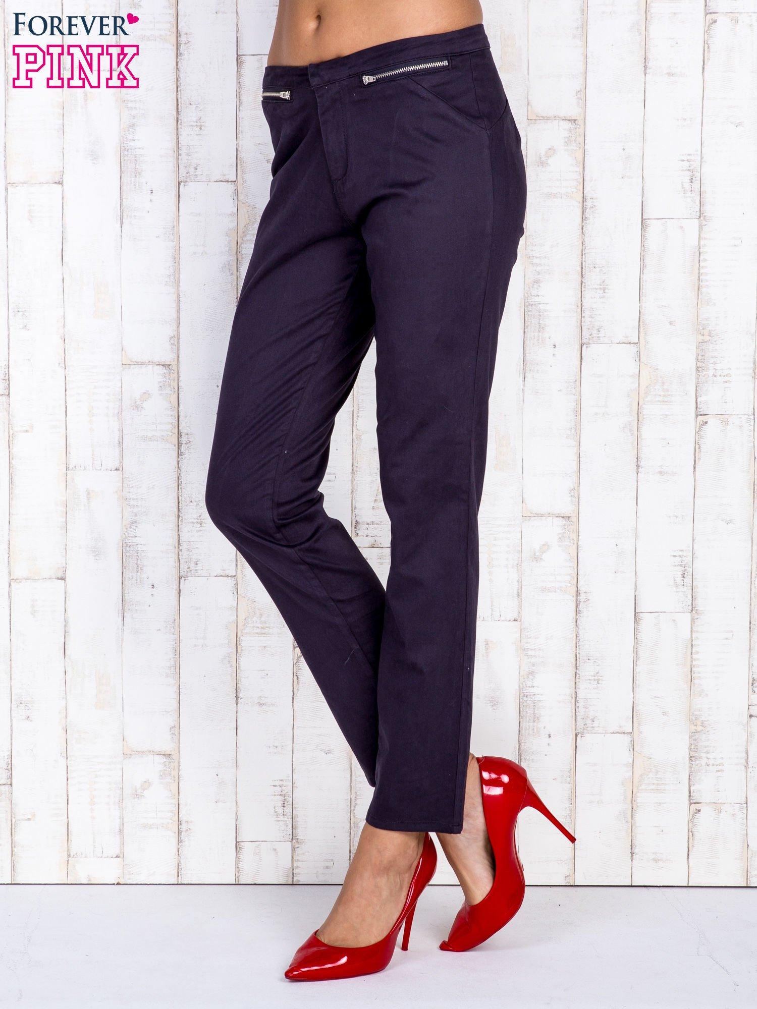 Czarne spodnie z kieszeniami na suwak                                  zdj.                                  2