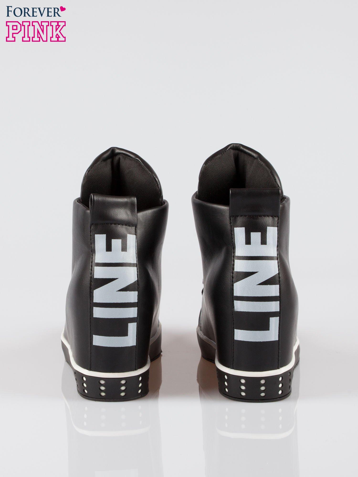 Czarne trampki na koturnie sneakersy z nadrukiem tekstowym                                  zdj.                                  3