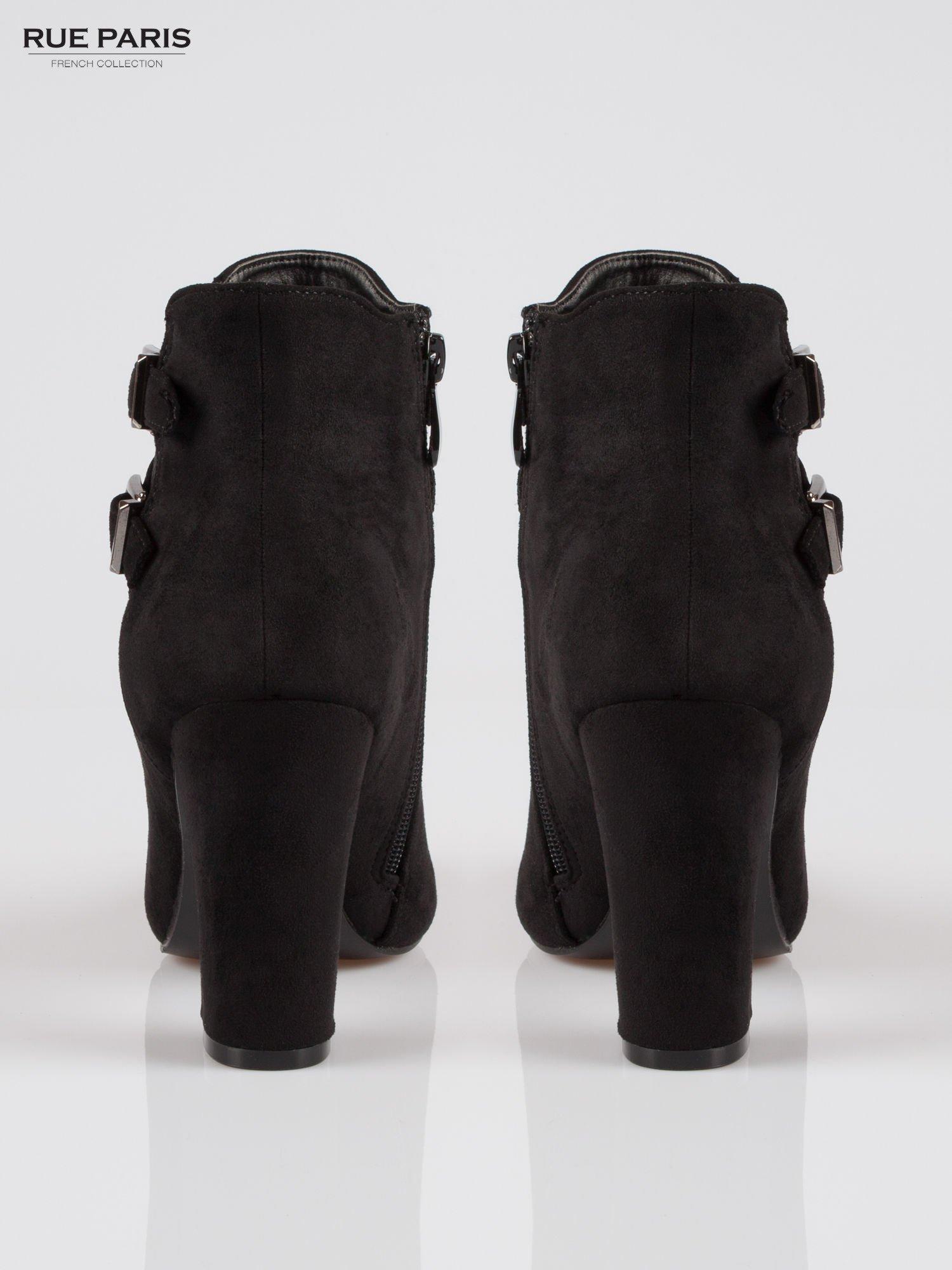 Czarne zamszowe botki na słupku z gumą i klamerkami                                  zdj.                                  3