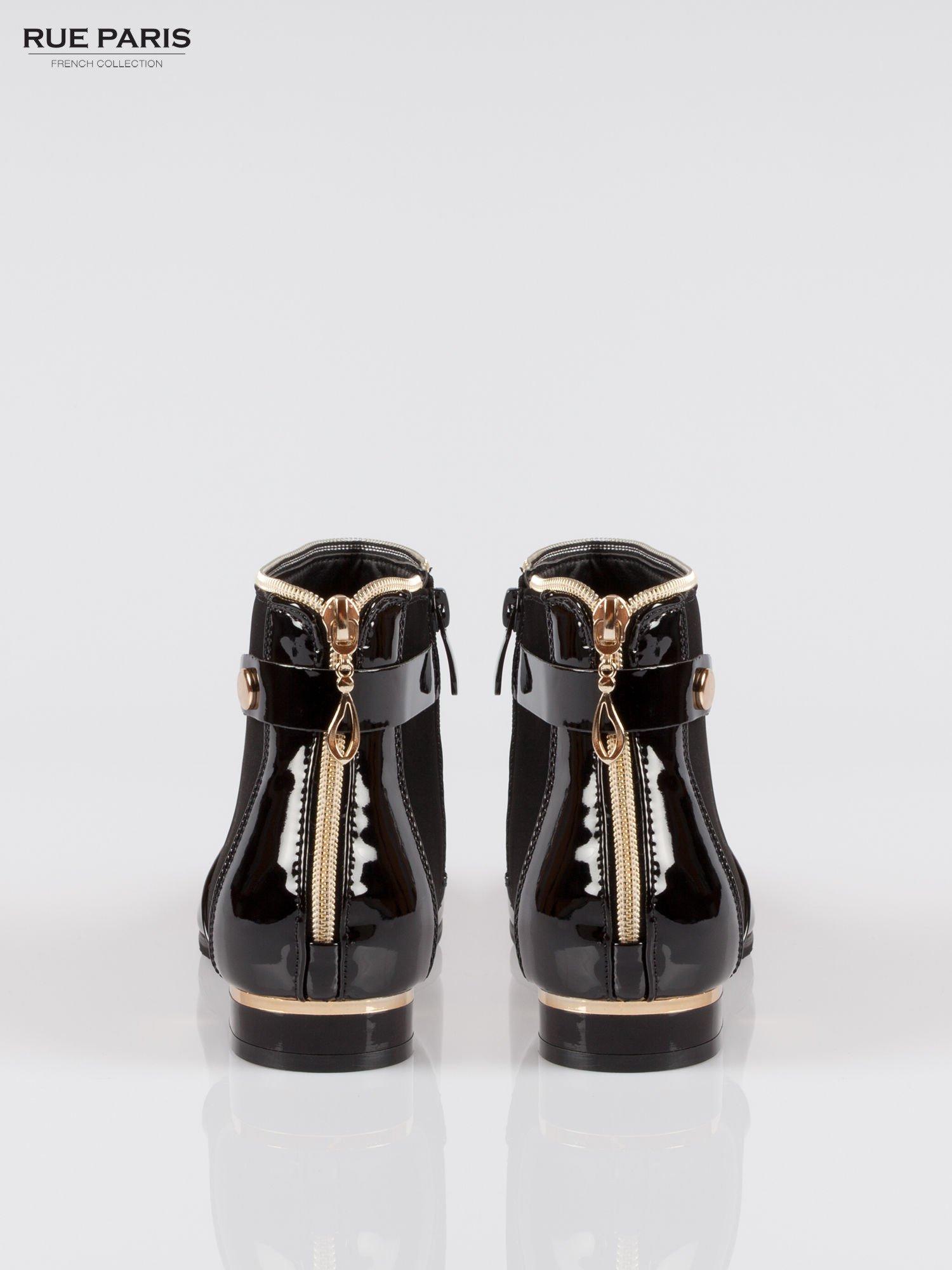 Czarne zamszowo-lakierowane botki z złotymi detalami                                  zdj.                                  2