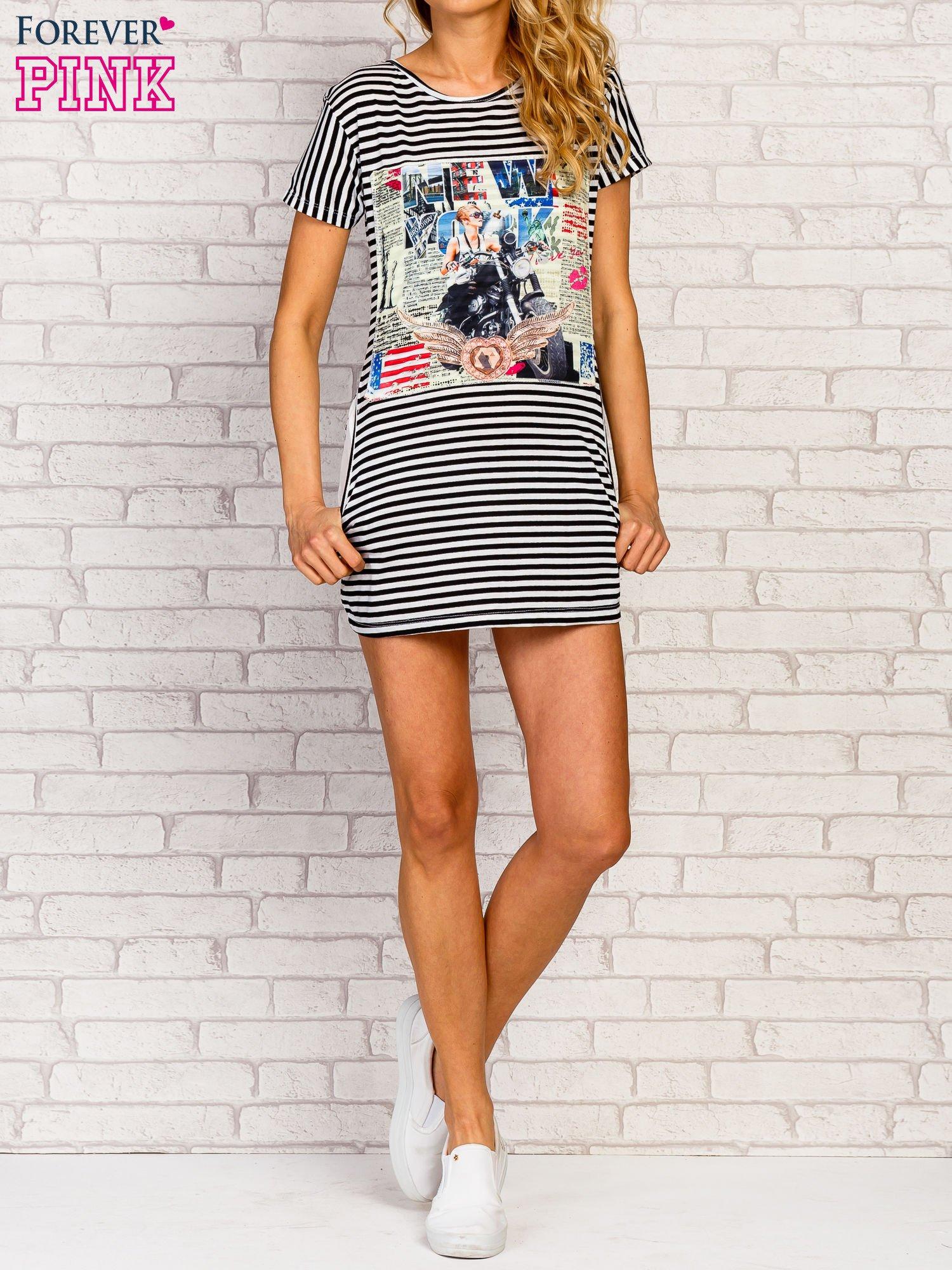 Czarno-biała sukienka w paski z nadrukiem rockowym                                  zdj.                                  2