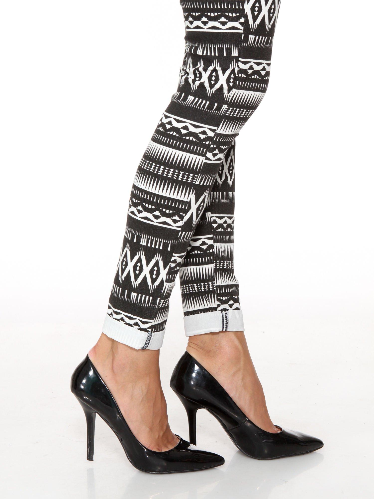 Czarno-białe spodnie rurki w azteckie wzory                                  zdj.                                  8
