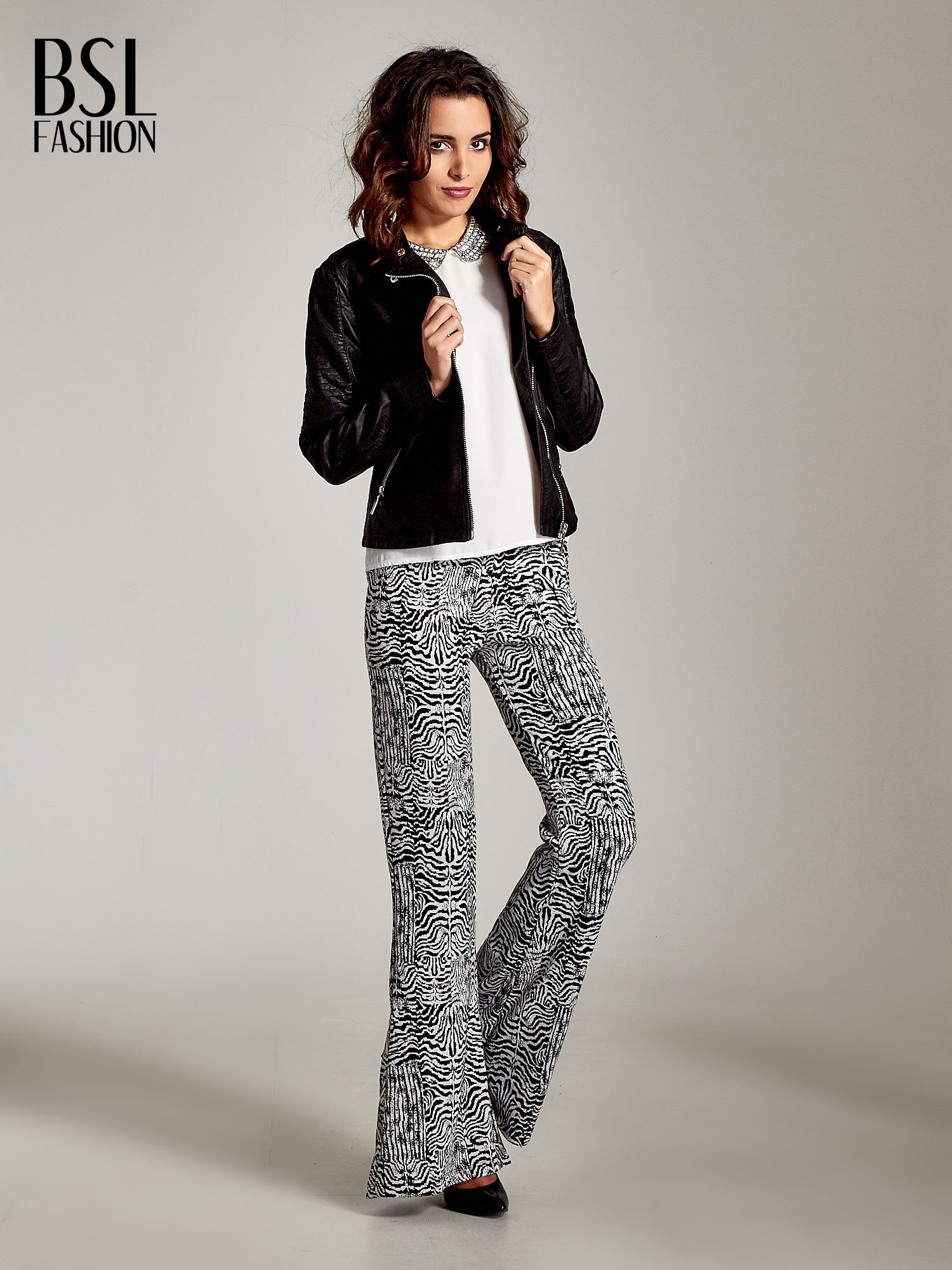 bef881b13d988 Czarno-białe wzorzyste spodnie typu dzwony - Spodnie z materiału - sklep  eButik.pl