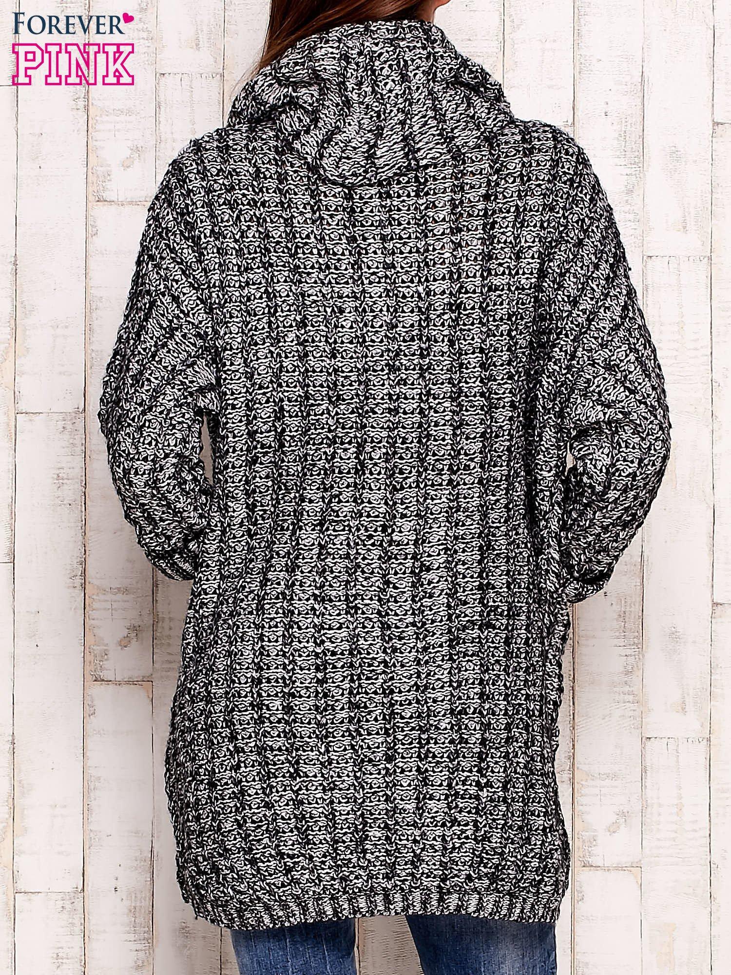 Czarno-biały melanżowy sweter z szerokim golfem i kieszeniami                                  zdj.                                  4