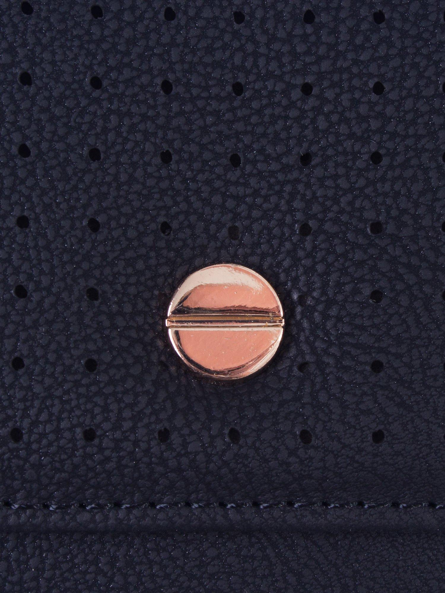 Czarny ażurowany portfel ze złotym zapięciem                                  zdj.                                  5