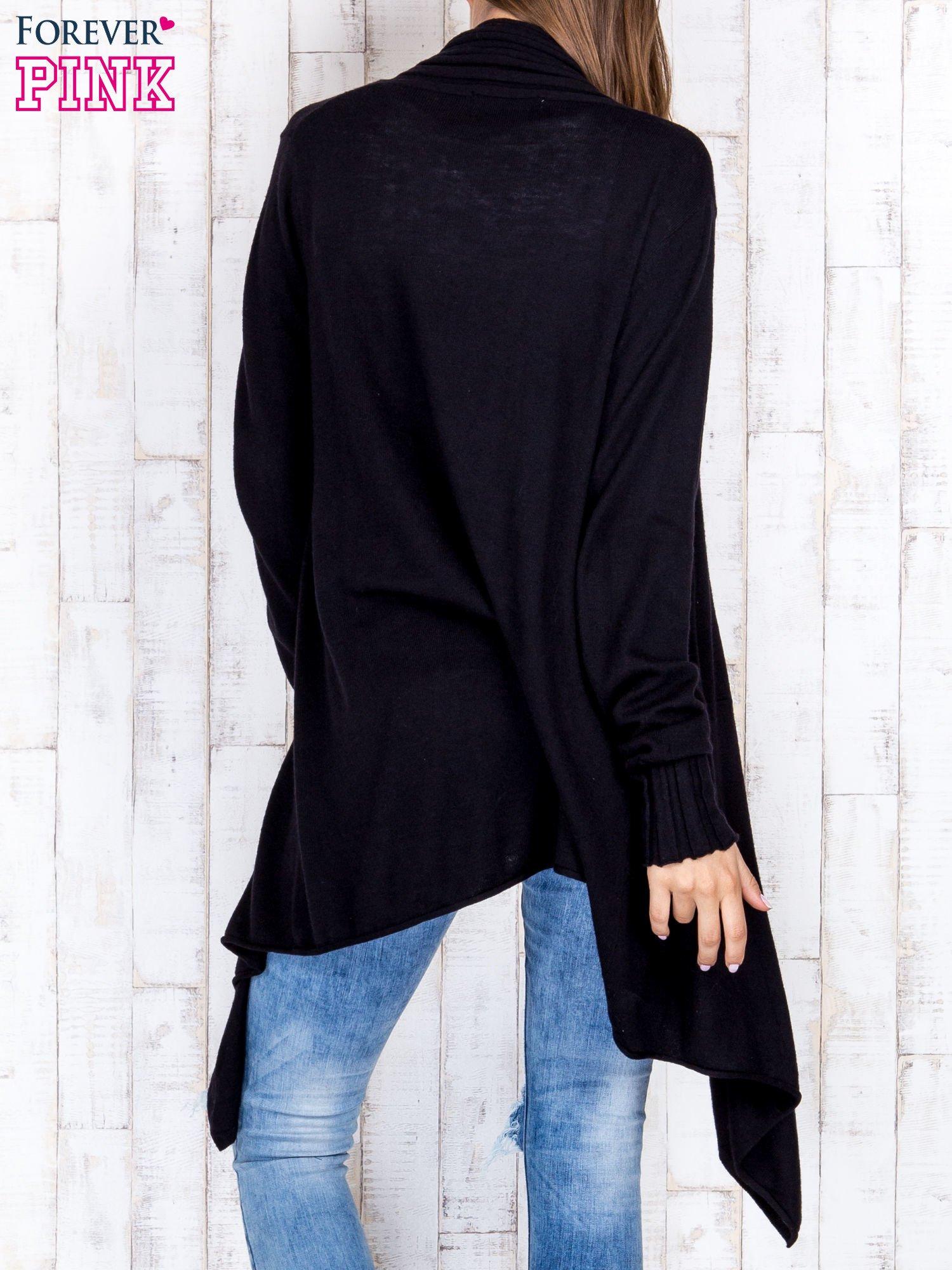 Czarny długi sweter z wykończeniem w pionowe paski                                  zdj.                                  4