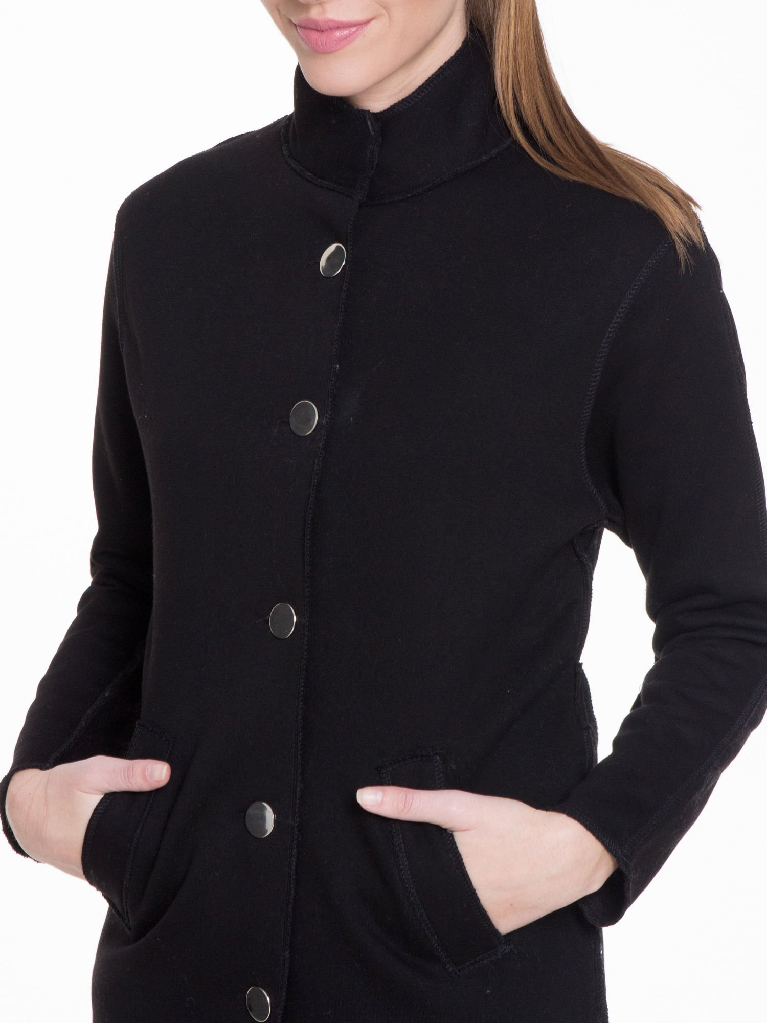 Czarny dresowy płaszcz o kroju oversize                                  zdj.                                  5