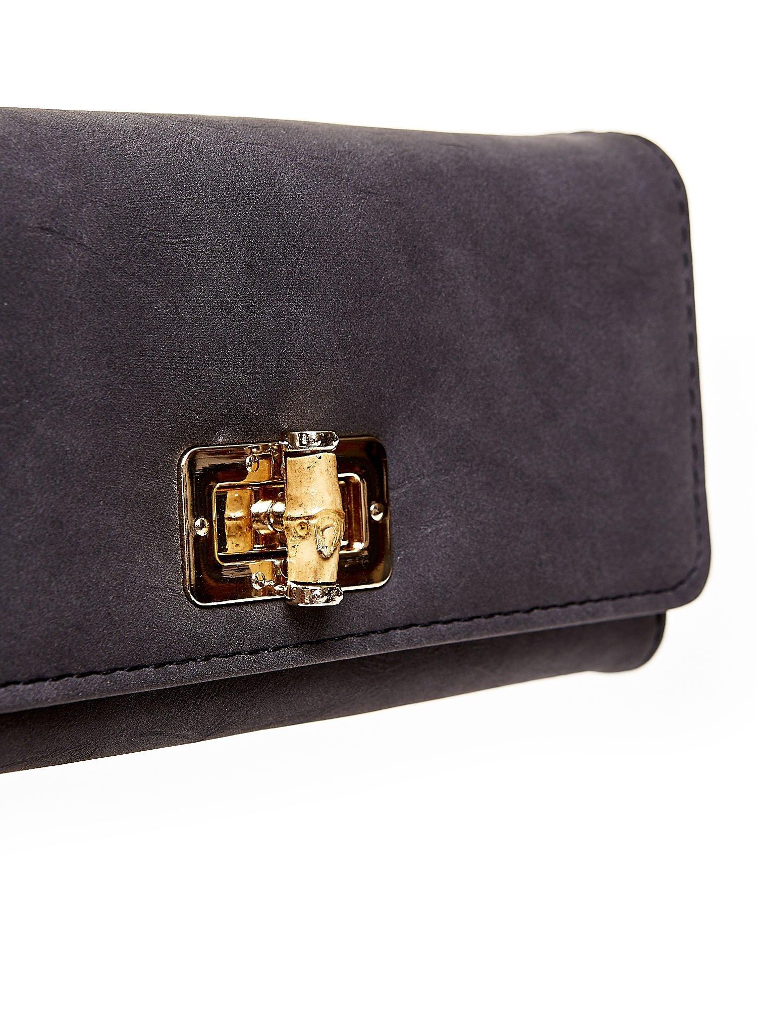 Czarny fakturowany portfel ze stylizowanym zapięciem                                   zdj.                                  6