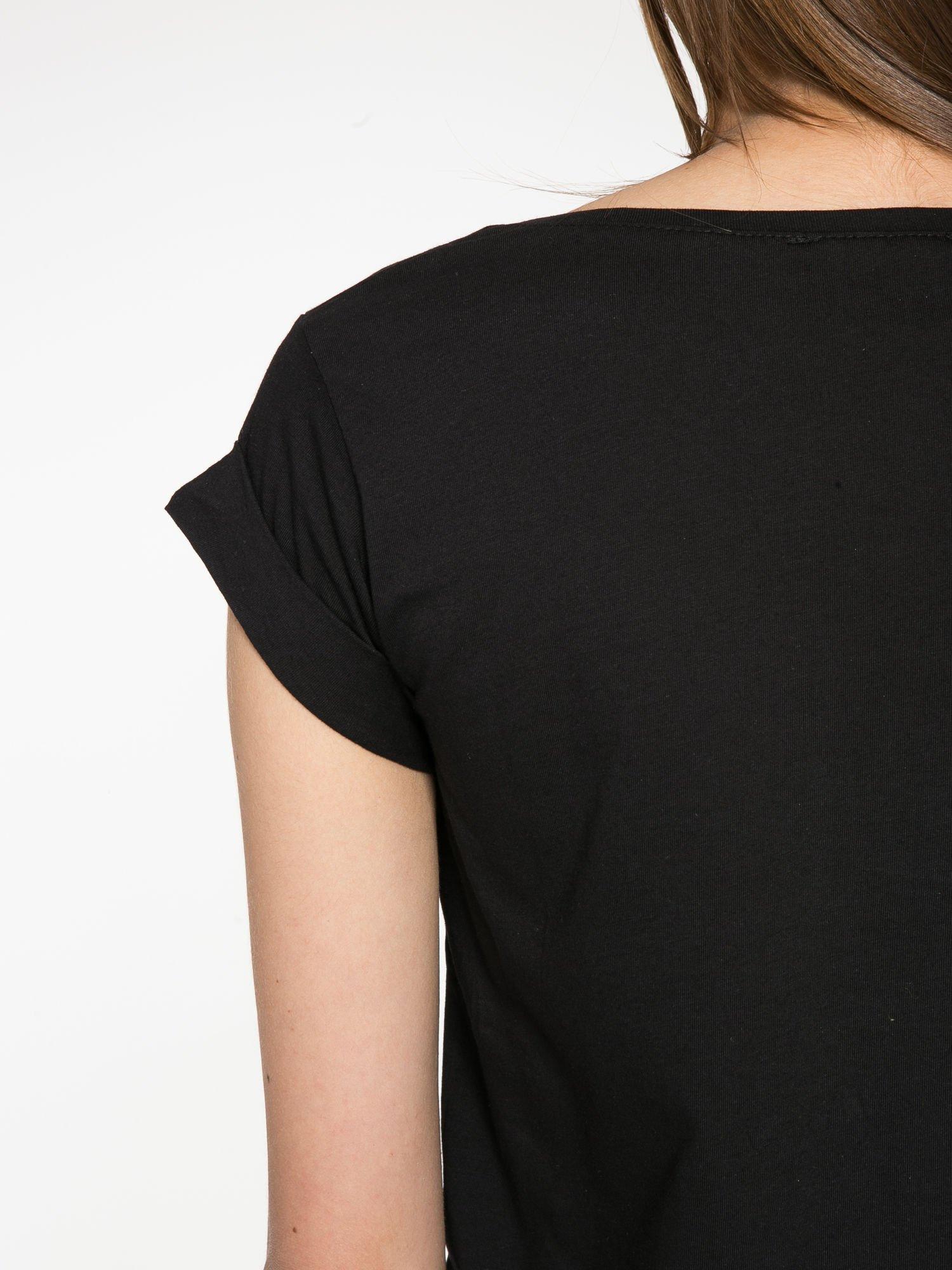 Czarny krótki t-shirt z nadrukiem stokrotek i napisem                                  zdj.                                  10
