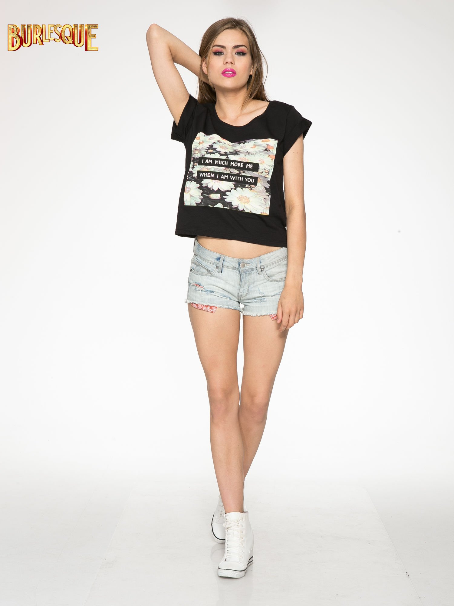 Czarny krótki t-shirt z nadrukiem stokrotek i napisem                                  zdj.                                  2
