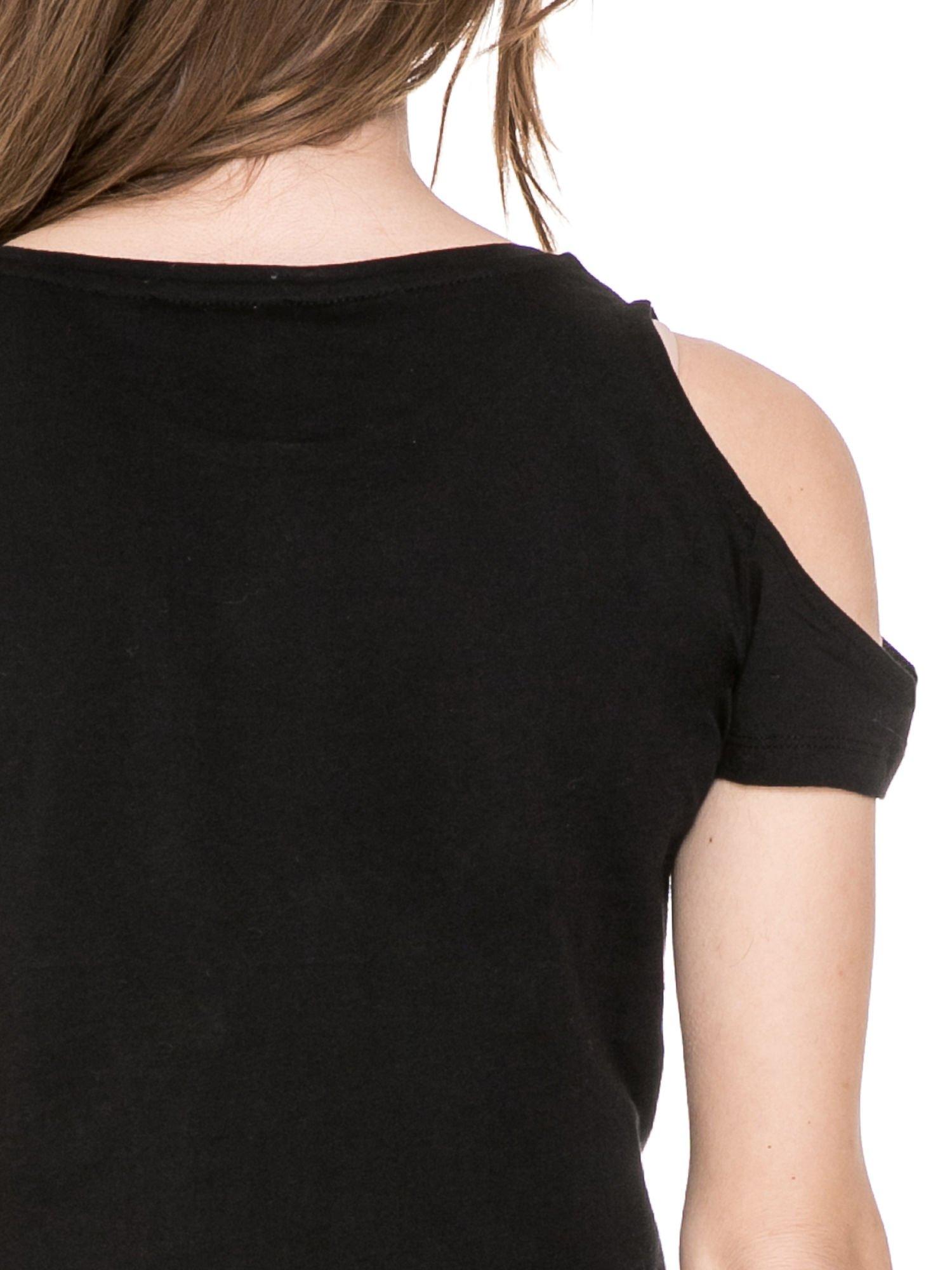 Czarny krótki t-shirt ze słotym nadrukiem TOUT SIMPLEMENT BELLE i rękawami cut out                                  zdj.                                  6