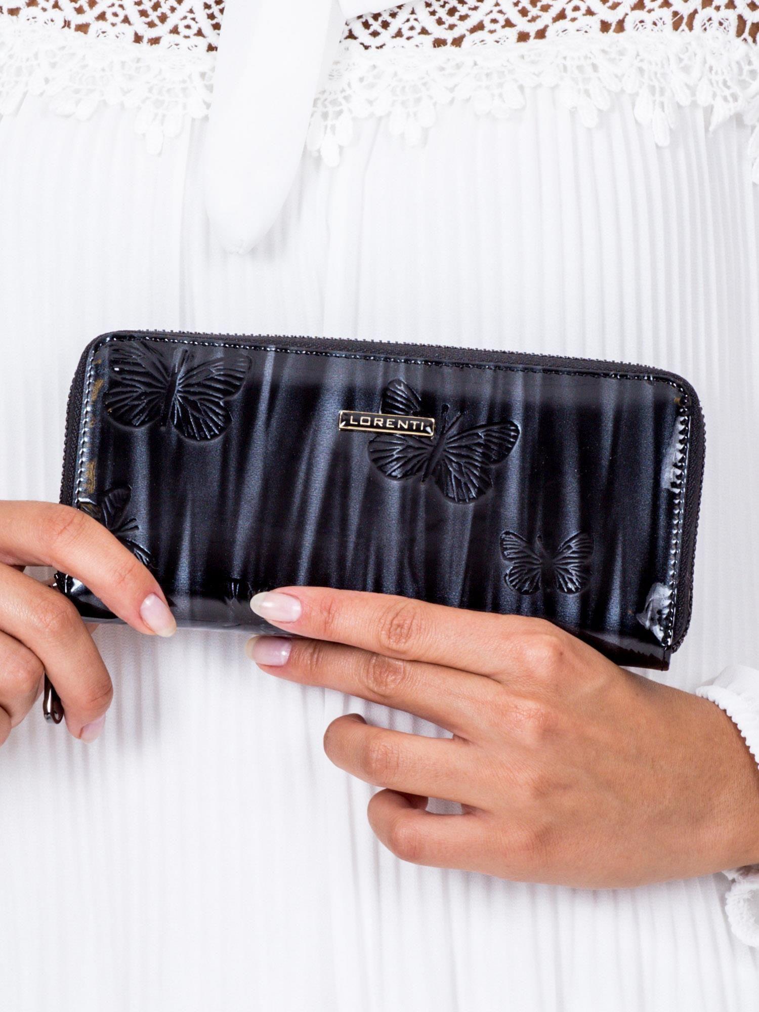 720513c9d762b Czarny lakierowany portfel damski w tłoczone motyle - Akcesoria portfele -  sklep eButik.pl
