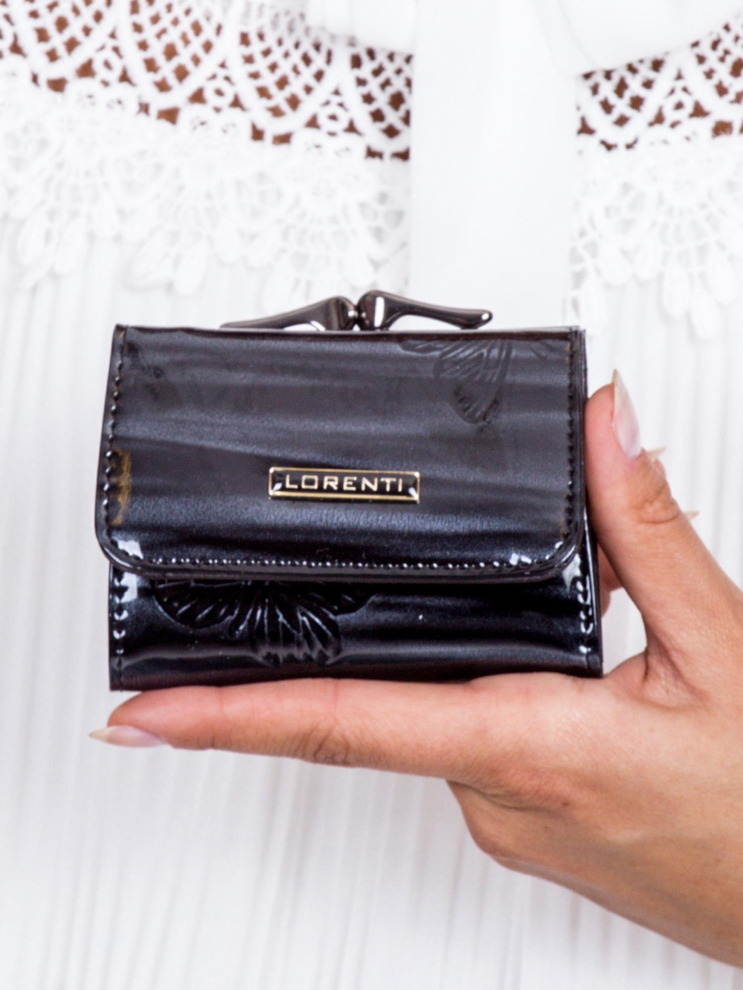 860b1ee329bf1 Czarny lakierowany portfel w motyle - Akcesoria portfele - sklep ...