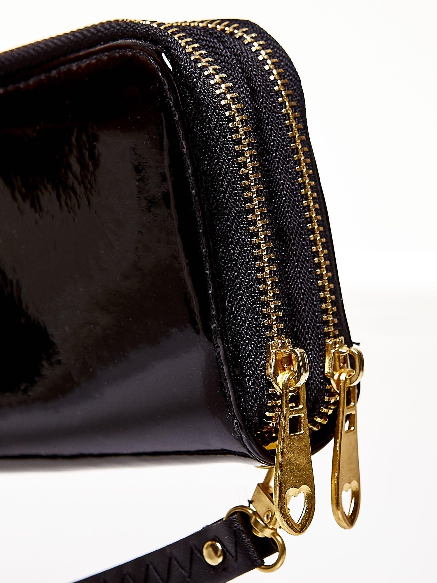 Czarny lakierowany portfel z uchwytem na rękę                                  zdj.                                  4