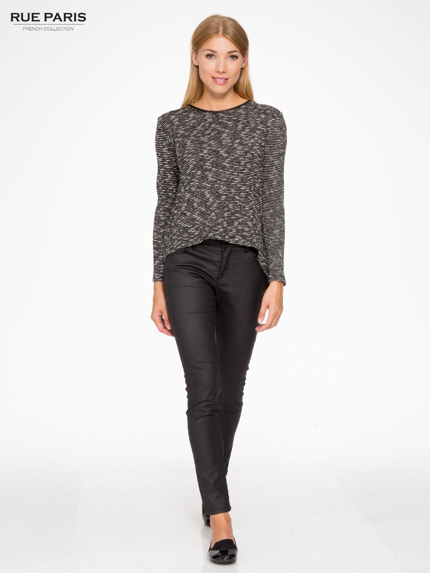 Czarny melanżowy sweter ze skórzaną lamówką przy dekolcie                                  zdj.                                  4