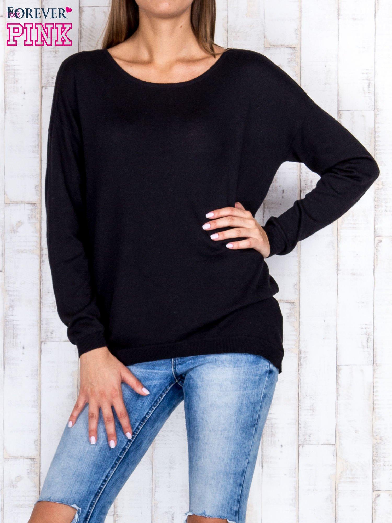Czarny nietoperzowy sweter oversize z dłuższym tyłem                                  zdj.                                  1