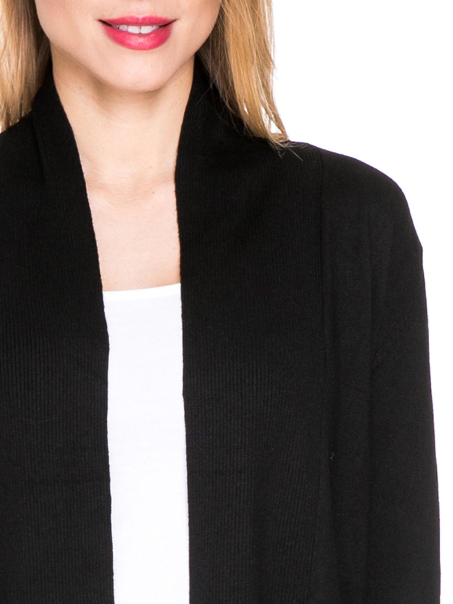 Czarny otwarty sweter kardigan z prążkowanym kołnierzem                                  zdj.                                  5