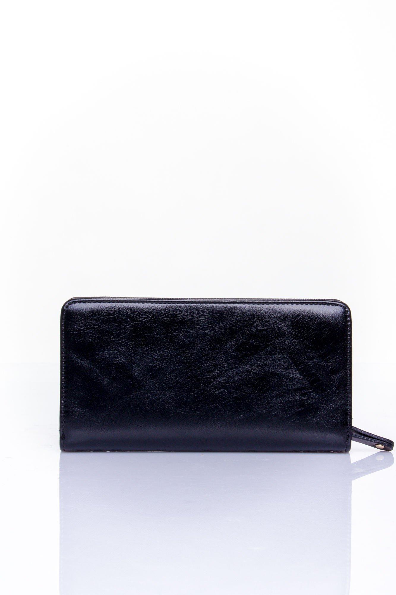 Czarny pikowany portfel z kwiatowym tłoczeniem                                  zdj.                                  2