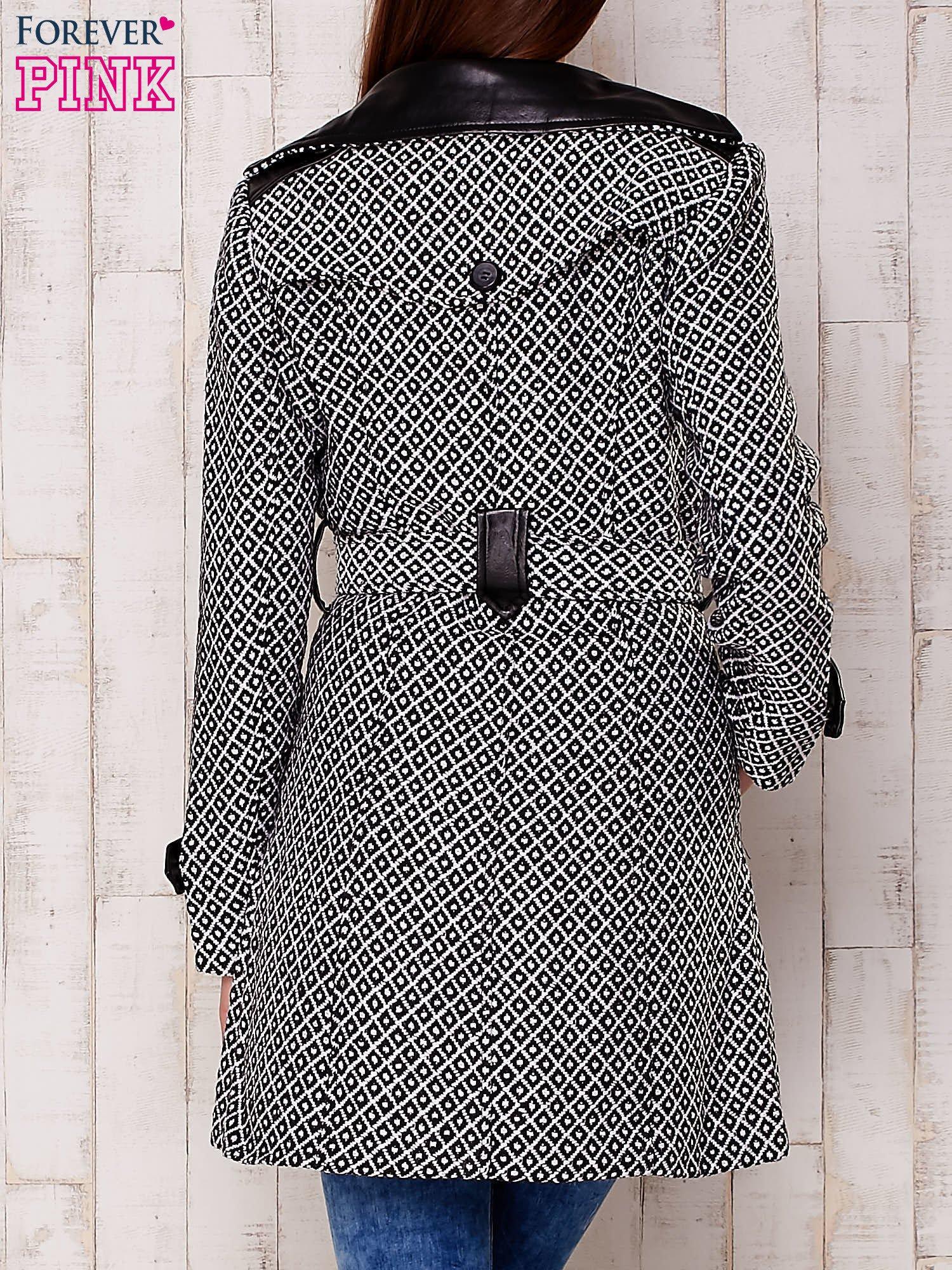 Czarny płaszcz ze skórzanym kołnierzem i paskiem                                   zdj.                                  4