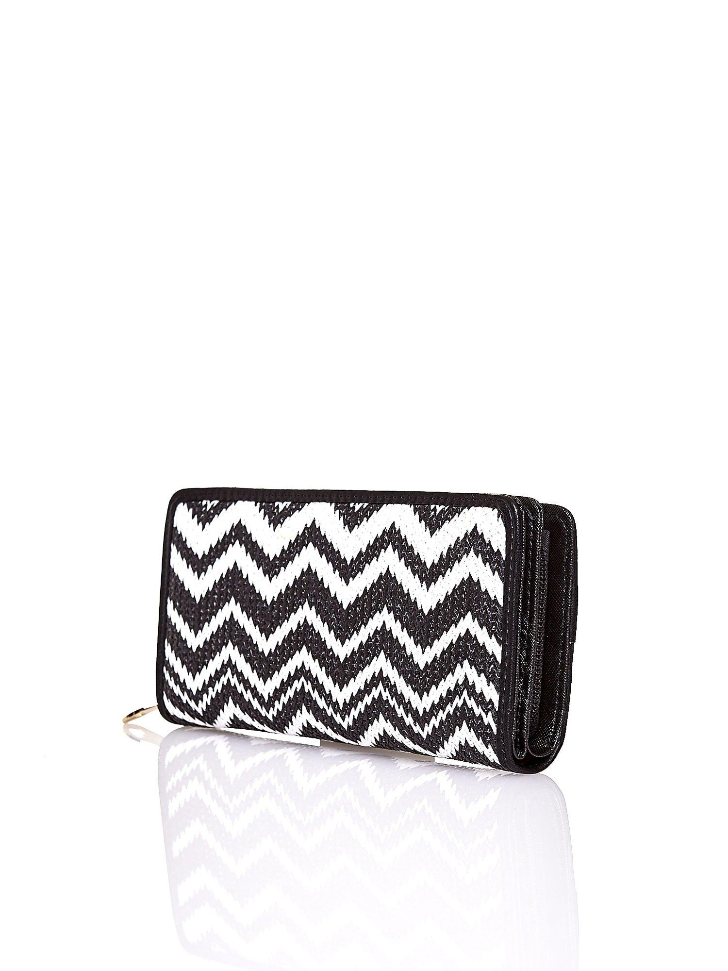 Czarny pleciony portfel w białe geometryczne wzory                                  zdj.                                  2