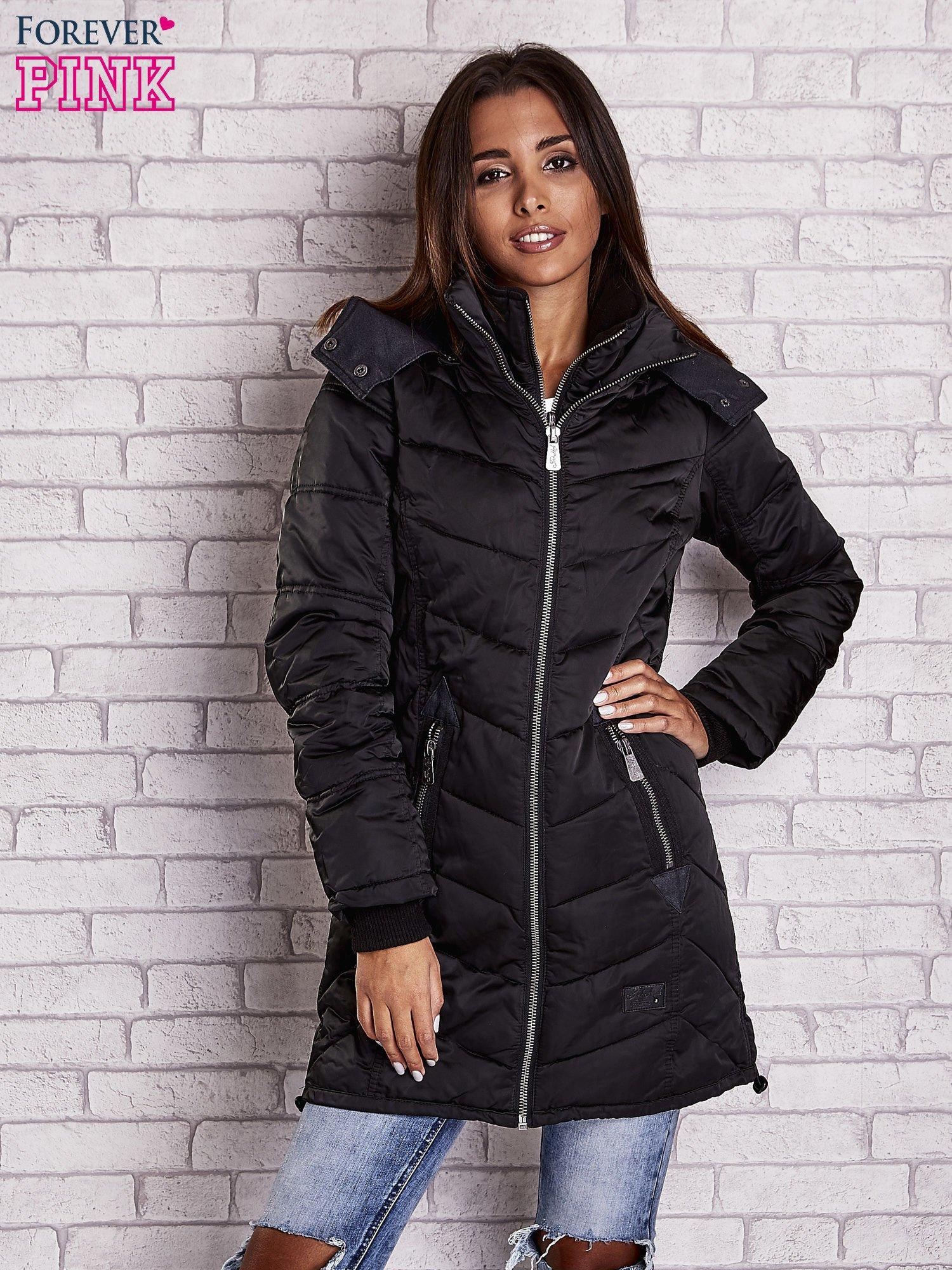 Czarny puchowy płaszcz z polarowym kołnierzem                                  zdj.                                  1