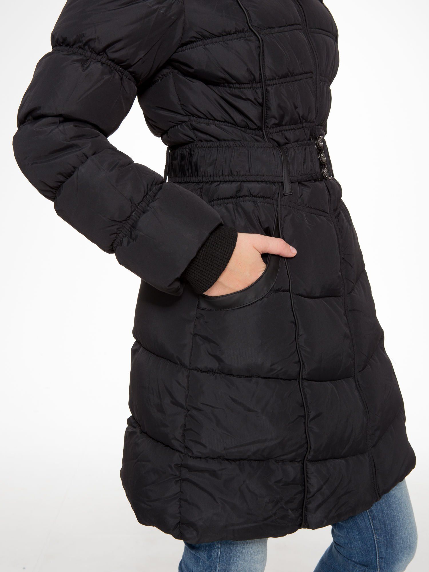 Czarny puchowy płaszcz zapinany na pasek z klamrą                                  zdj.                                  12