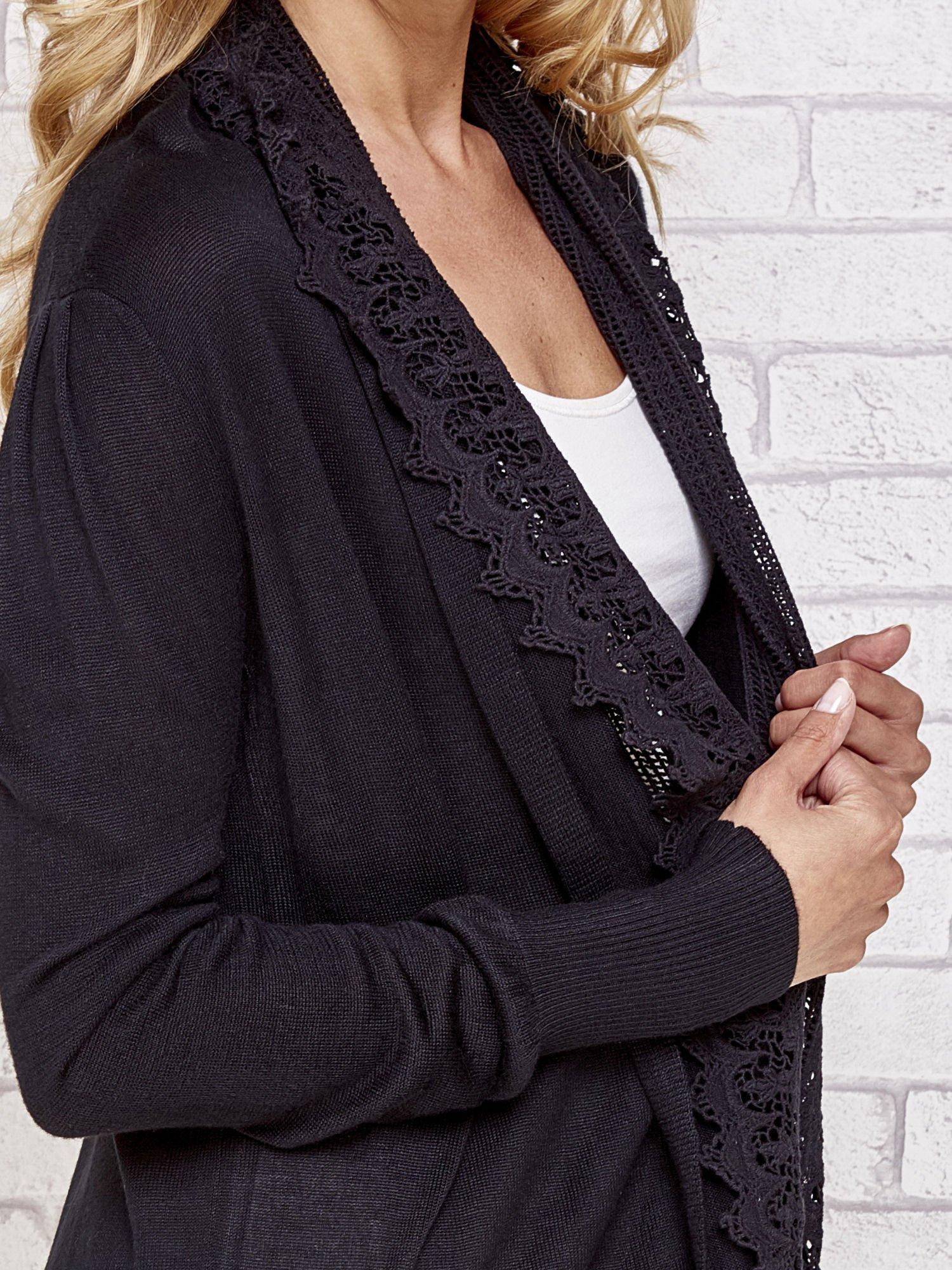 Czarny sweter kardigan z ażurowym przodem                                  zdj.                                  4