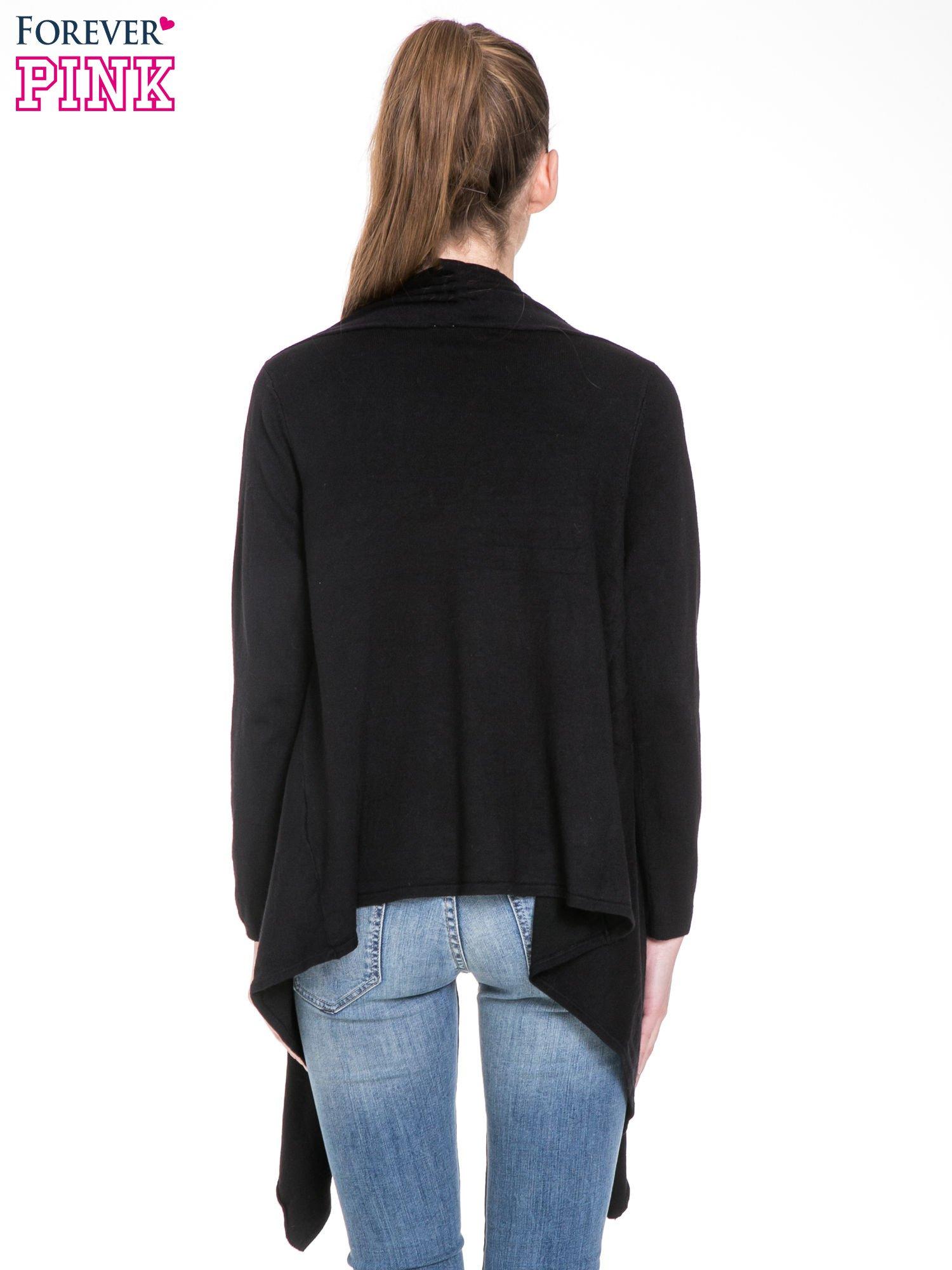 Czarny sweter narzutka z kaskadowymi bokami                                  zdj.                                  4