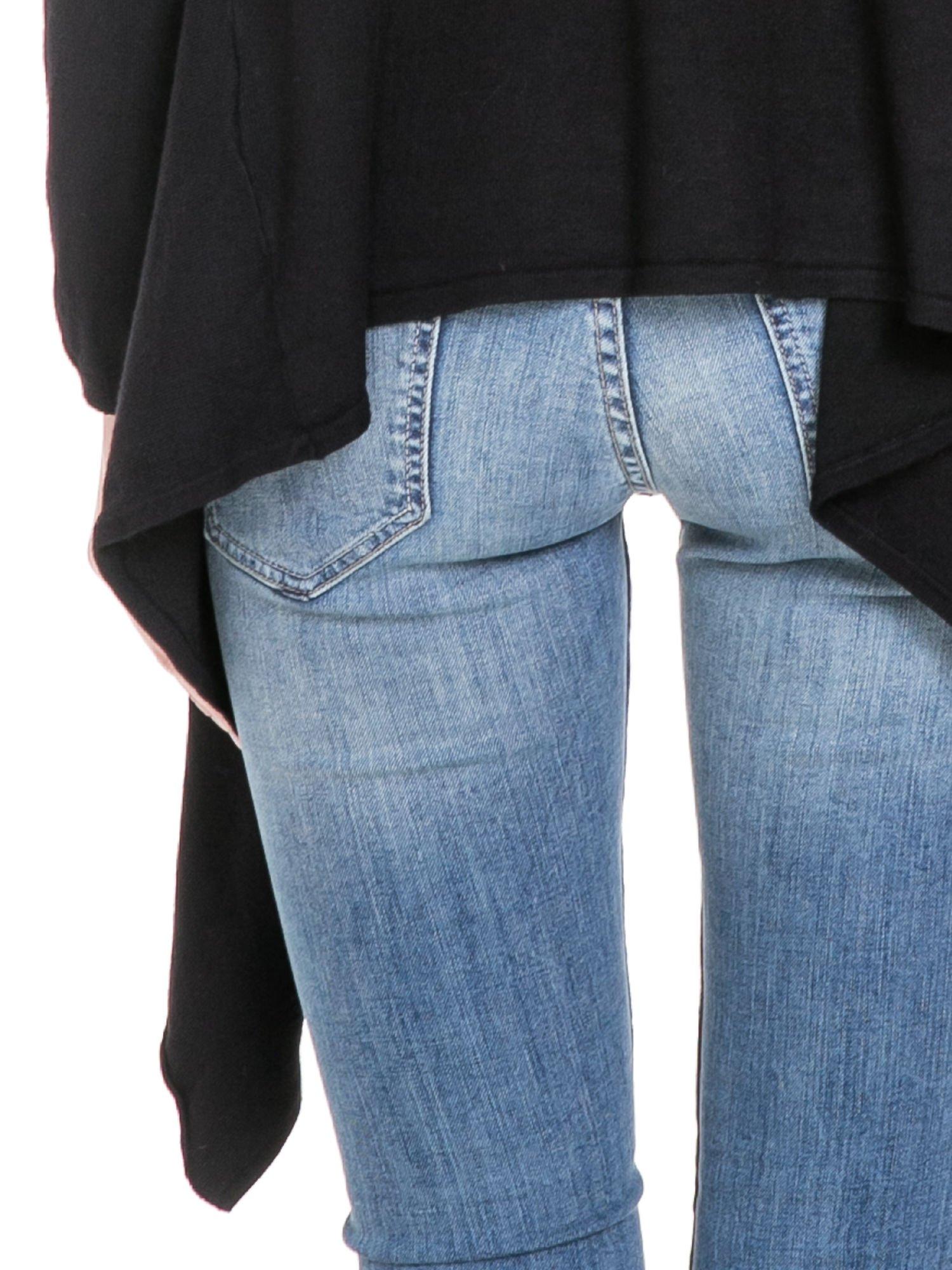 Czarny sweter narzutka z kaskadowymi bokami                                  zdj.                                  8