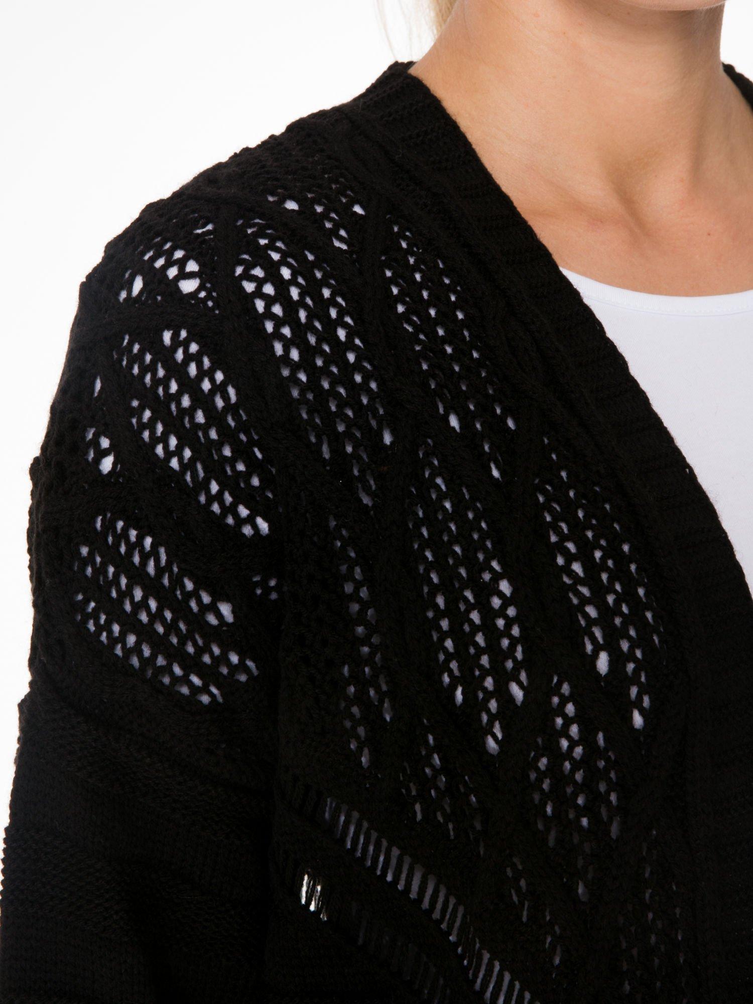 Czarny sweter typu kardigan z ozdobnym ażurowym spoltem                                  zdj.                                  6