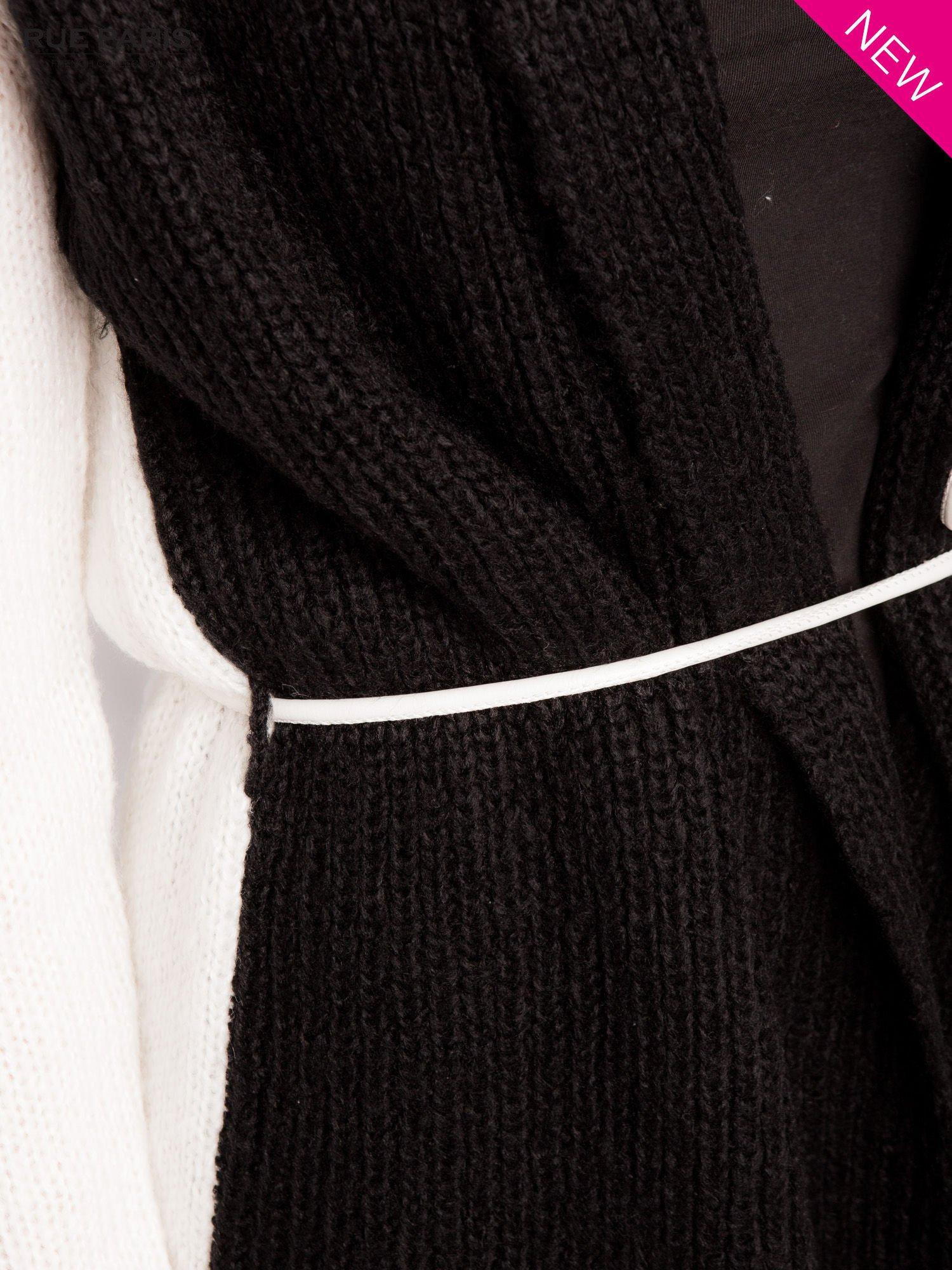 Czarny sweter z kontrastowymi rękawami i paskiem                                  zdj.                                  5