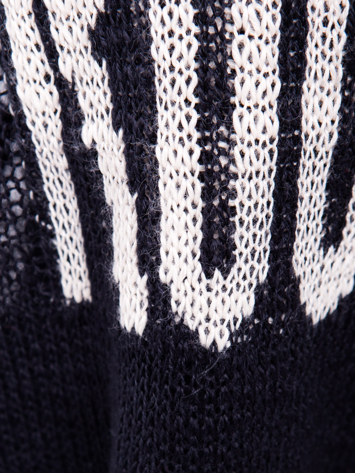 Czarny sweter z nadrukiem i efektem destroyed                                   zdj.                                  7