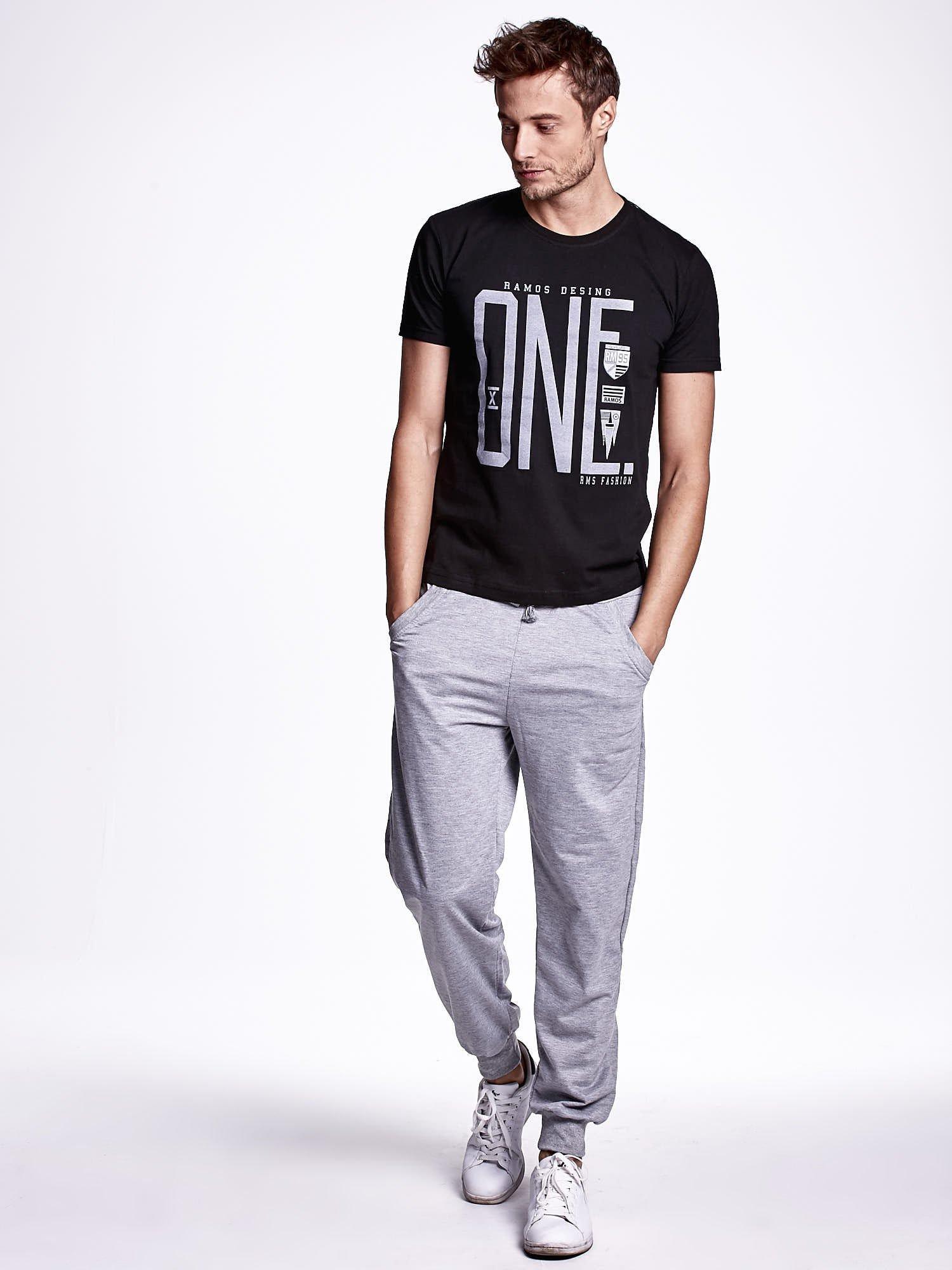 Czarny t-shirt męski z nadrukiem i napisem ONE                                  zdj.                                  2