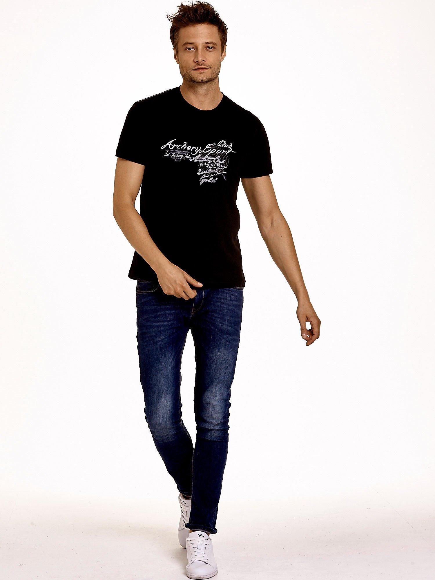 Czarny t-shirt męski ze sportowym nadrukiem i napisami                                  zdj.                                  4