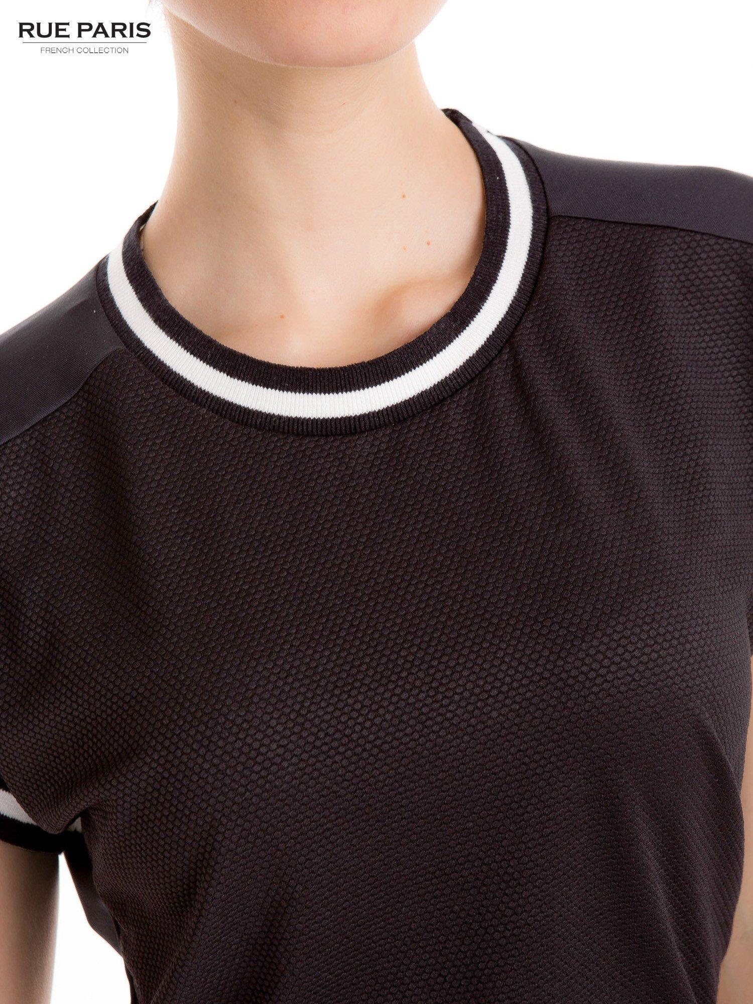 Czarny t-shirt w stylu tenis chic                                  zdj.                                  6
