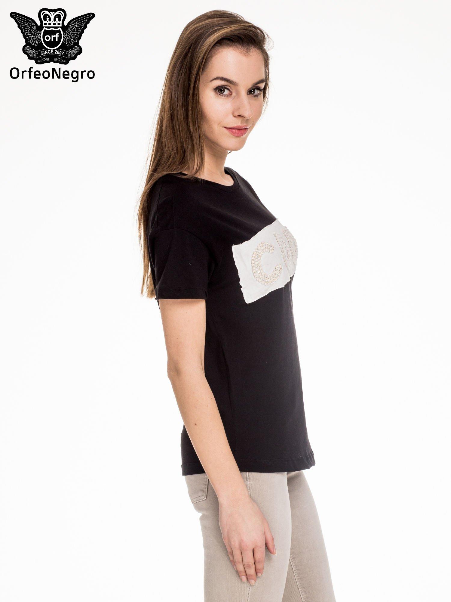 Czarny t-shirt z aplikacją COOL z cekinów                                  zdj.                                  3