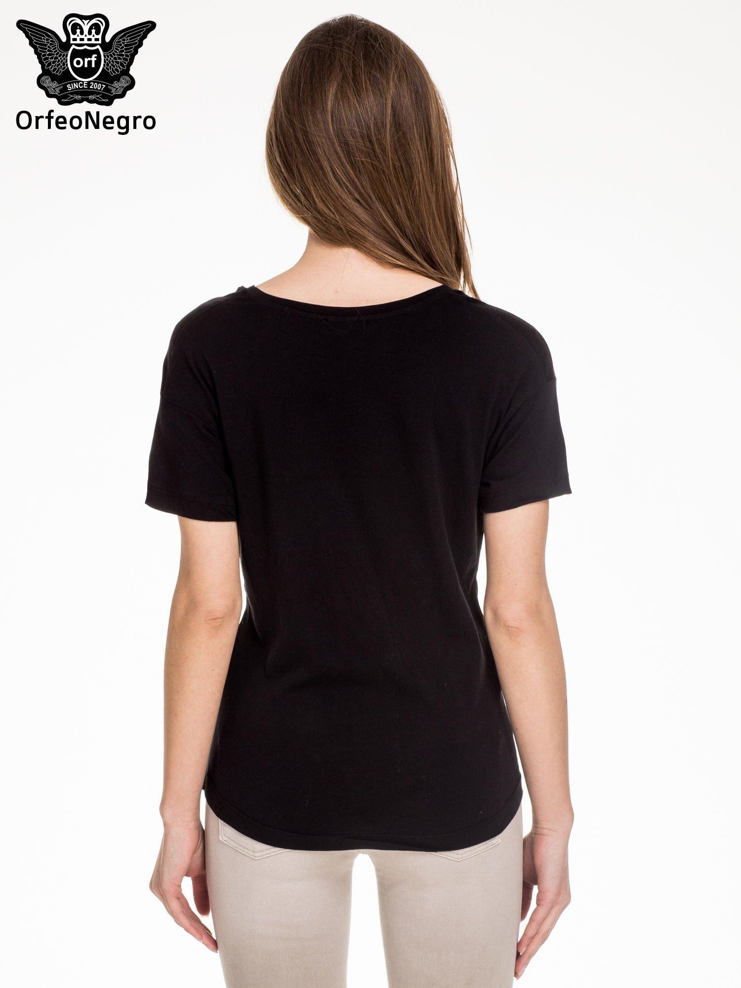 Czarny t-shirt z aplikacją COOL z cekinów                                  zdj.                                  4