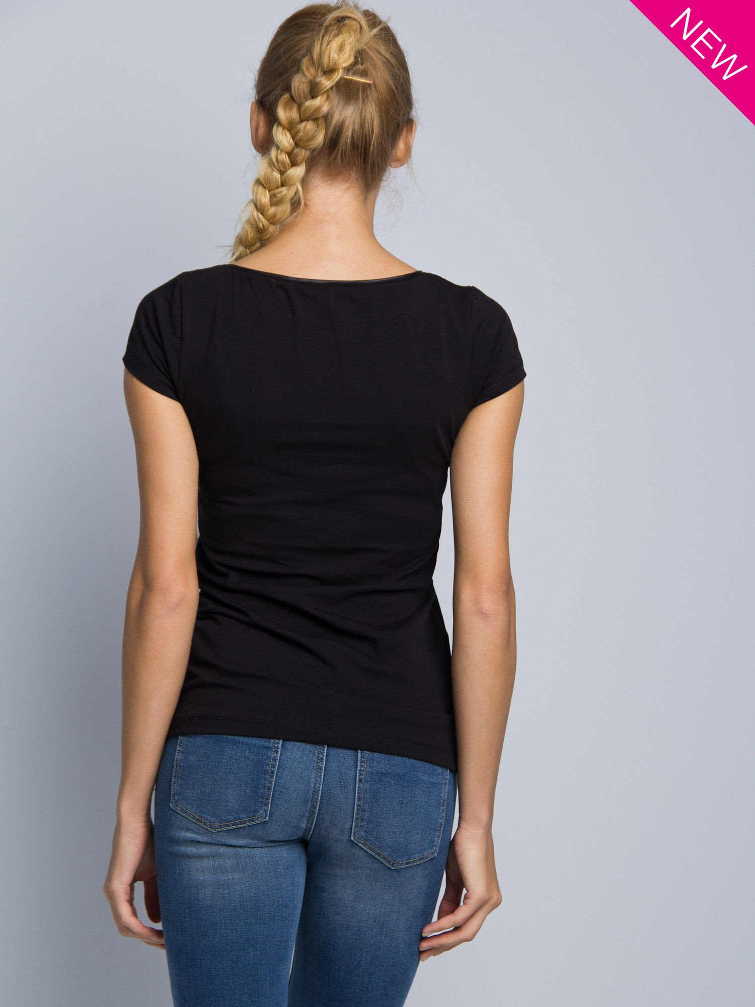 Czarny t-shirt z czarną lamówką przy dekolcie                                  zdj.                                  3