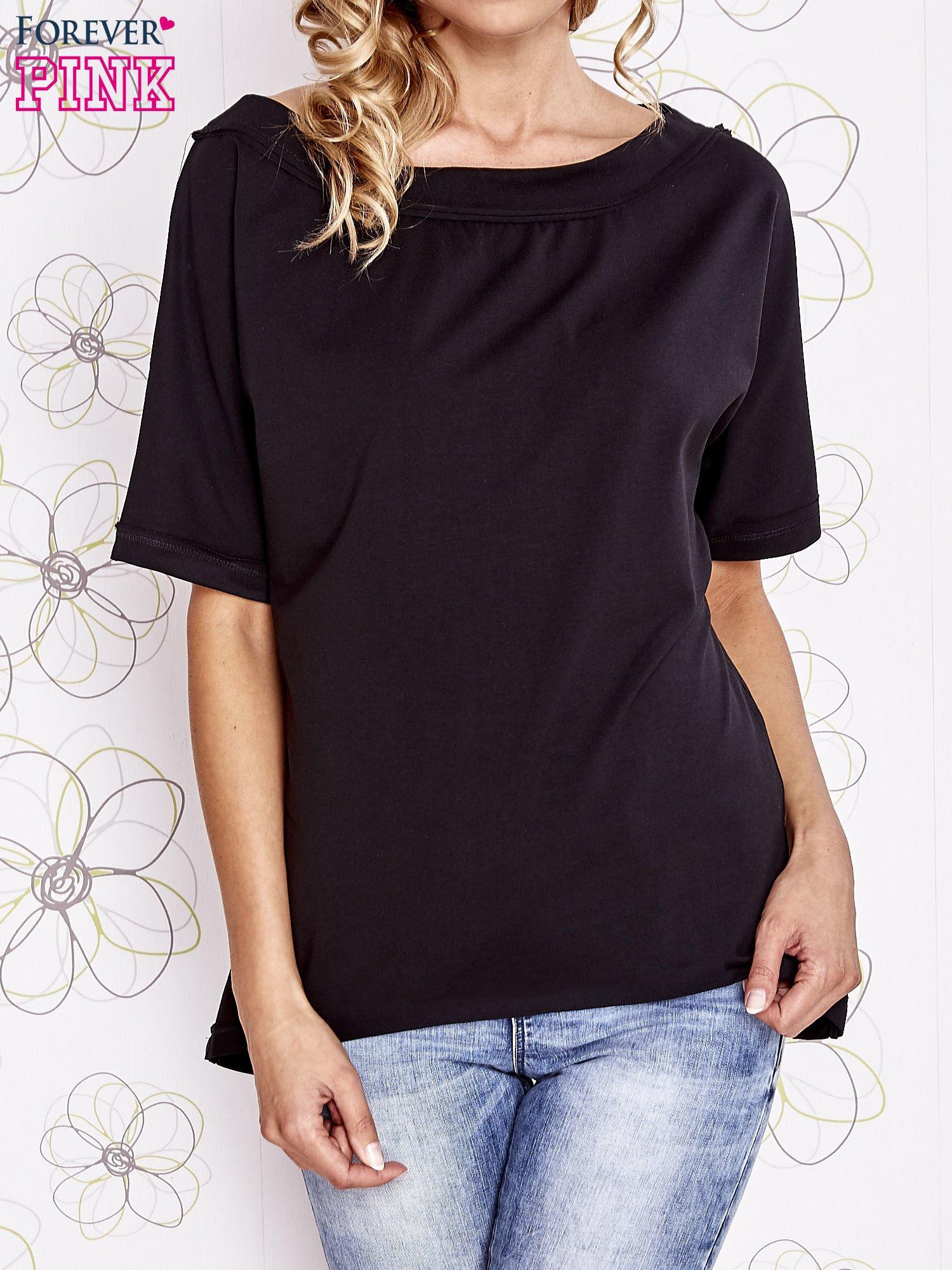 Czarny t-shirt z dekoltem w łódkę                                  zdj.                                  1